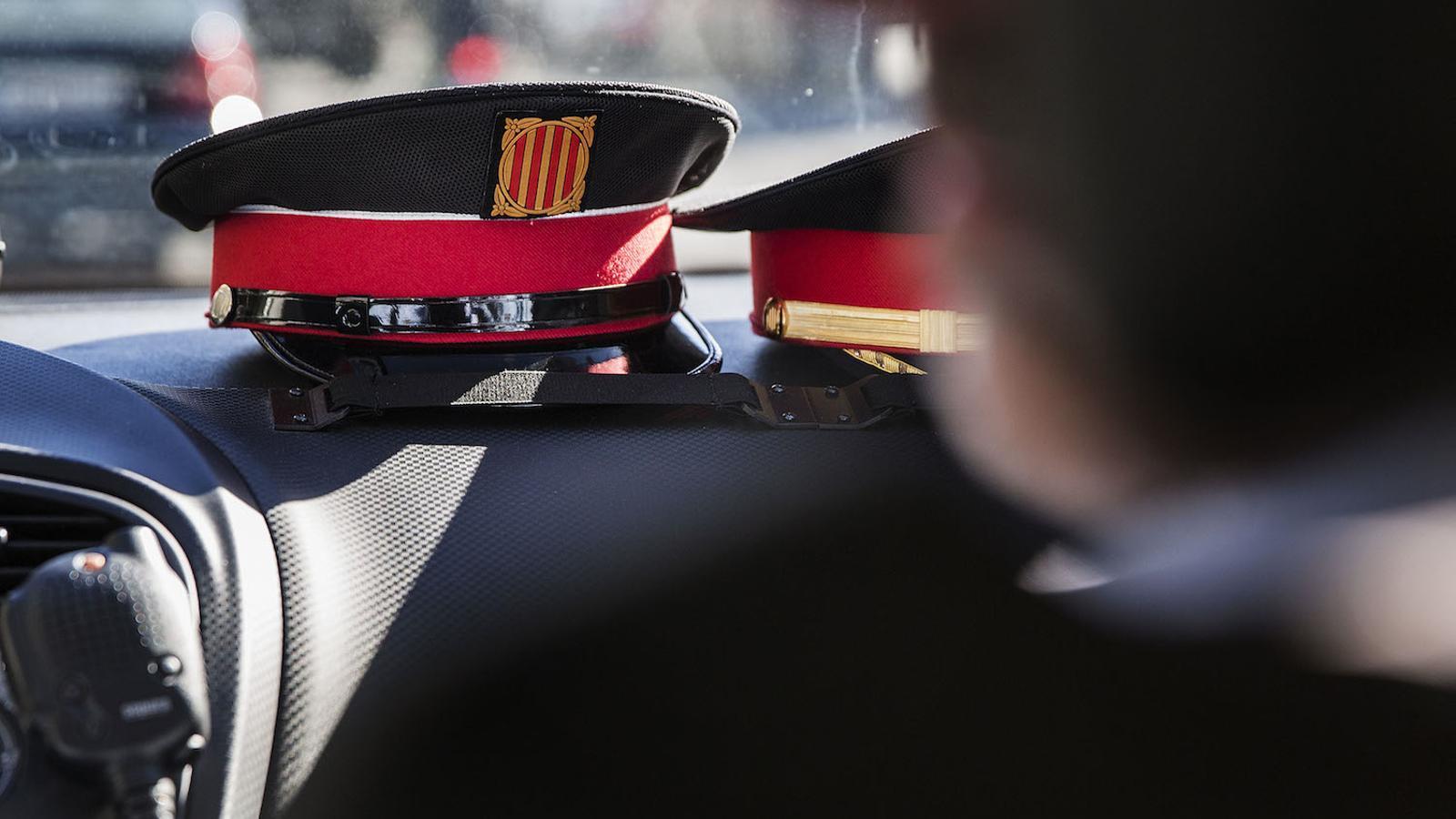 Una gorra de Mossos d'Esquadra dins d'un cotxe patrulla / PERE VIRGILI