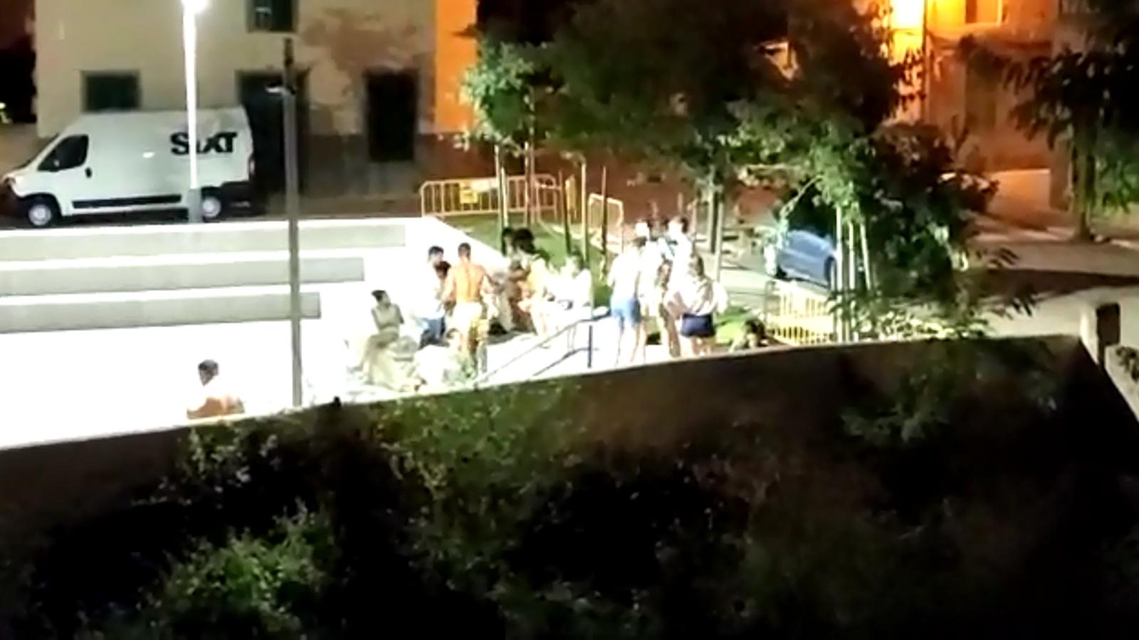 Una part dels joves continuant la festa en un espai públic de Vilafrranca