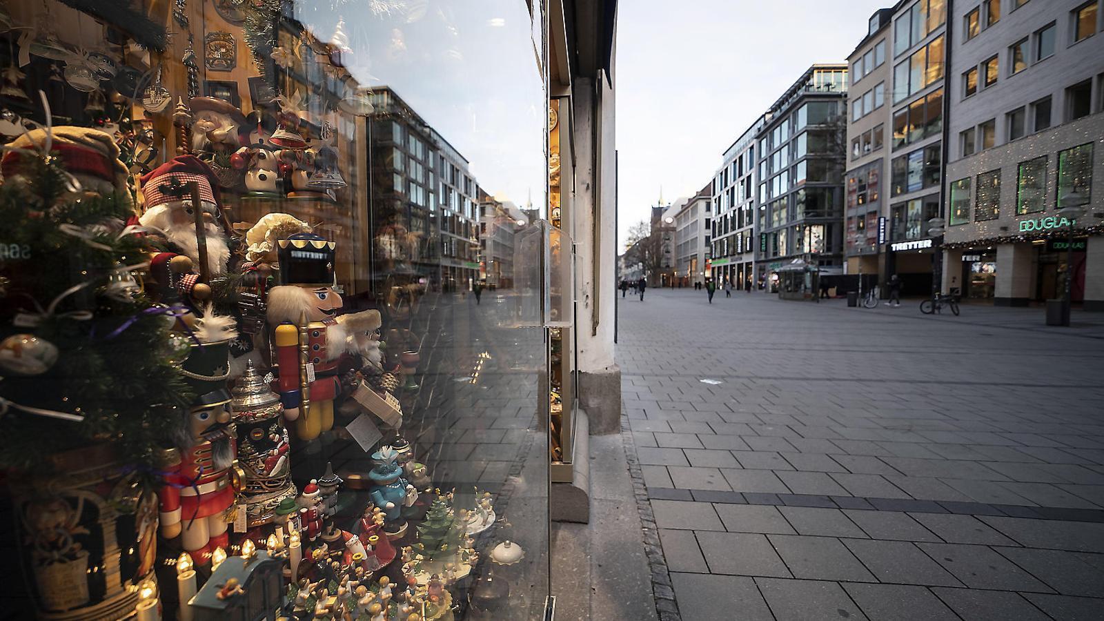Una botiga de decoració de Nadal en un carrer buit del centre de Munic.