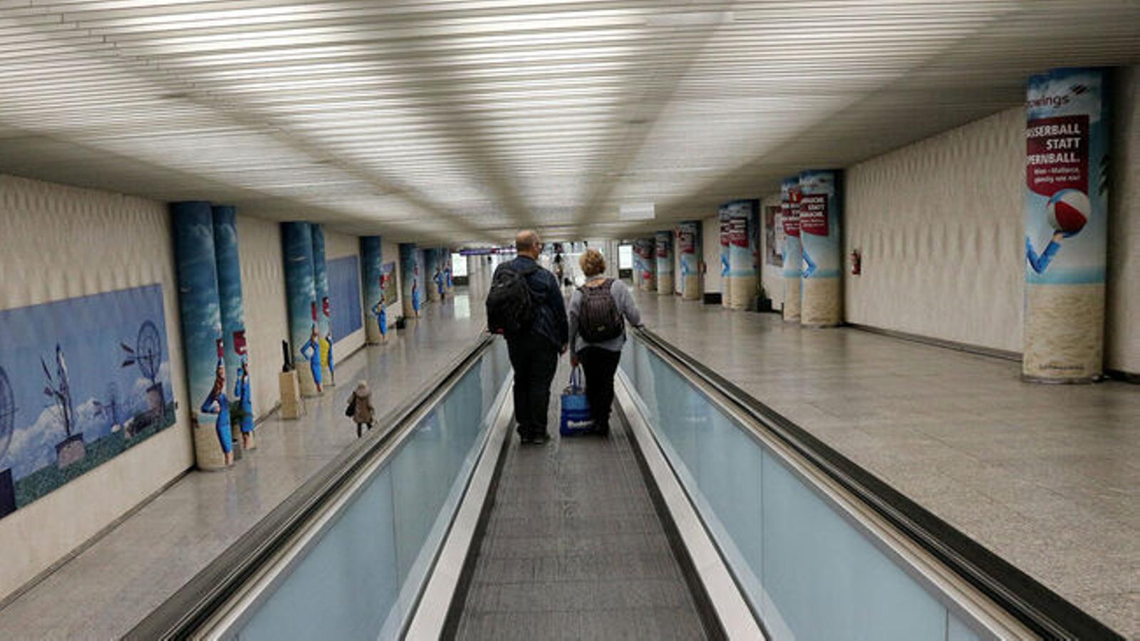 Dos turistes a l'aeroport de Palma.