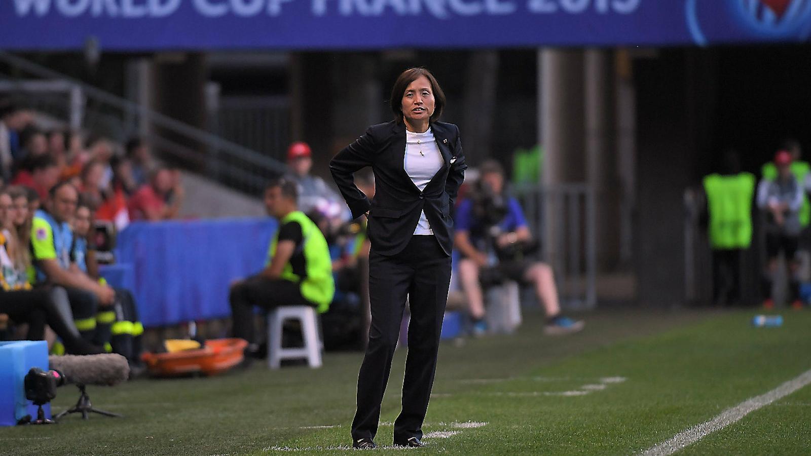 Asako Takakura, la seleccionadora del Japó, observant des de l'àrea tècnica el partit contra Holanda.