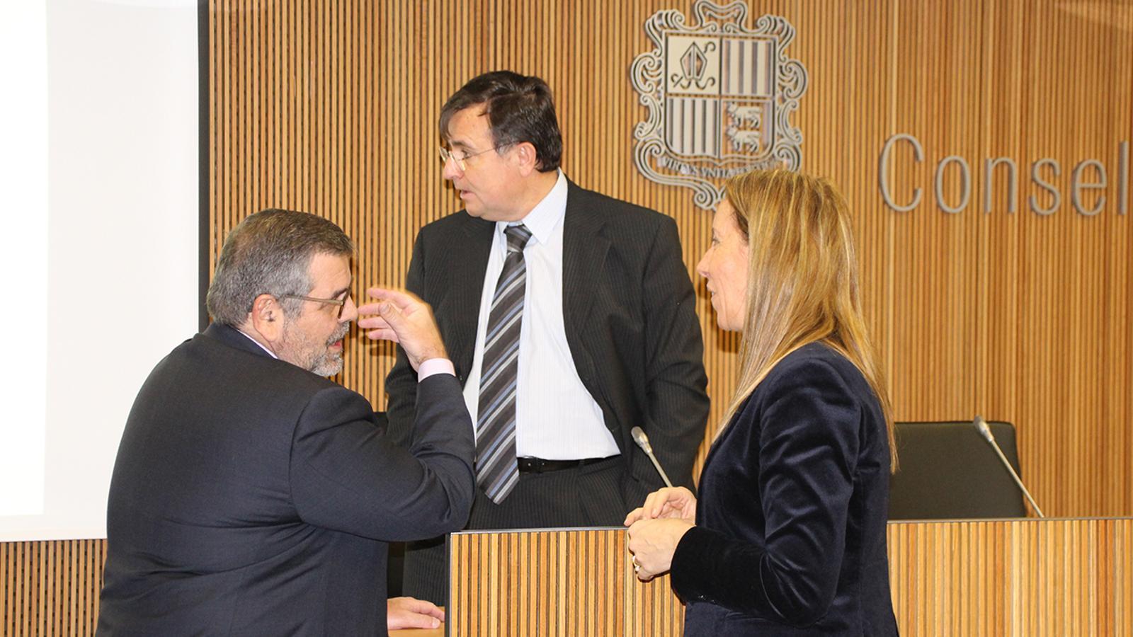 El president de la Caixa Andorrana de Seguretat Social (CASS), Jean-Michel Rascagneres conversa amb la consellera general, Sílvia Bonet en presència del  president de la comissió gestora del fons de reserva de jubilació, Josep Delgado./B.N.