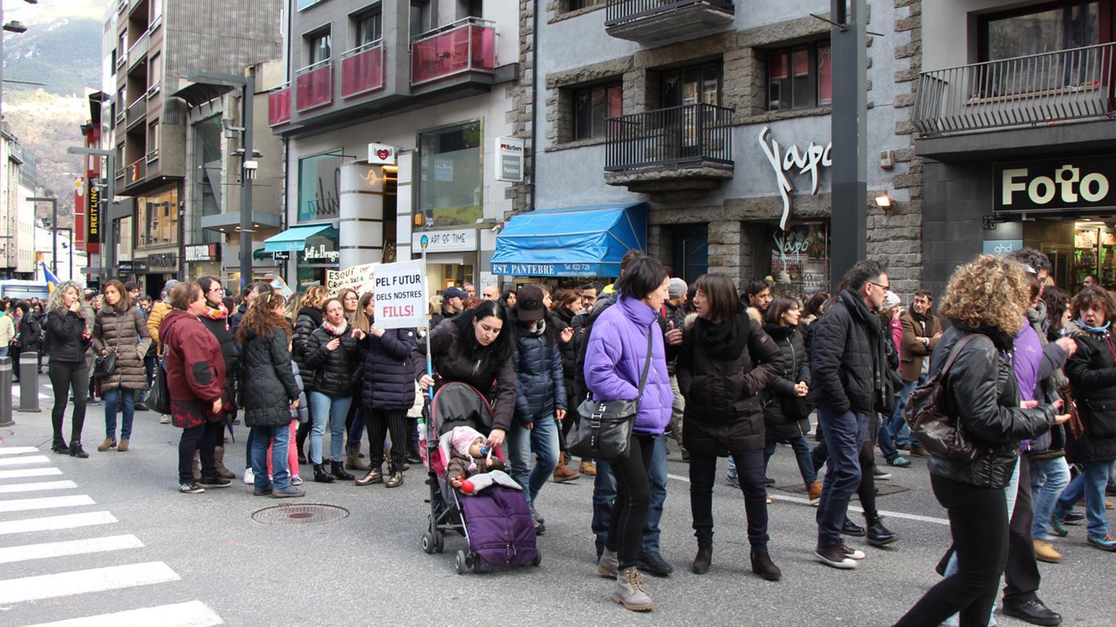 Els funcionaris han protagonitzat una nova marxa aquest dijous a la tarda, pel carrer Prat de la Creu i l'avinguda Meritxell. / E. J. M. (ANA)