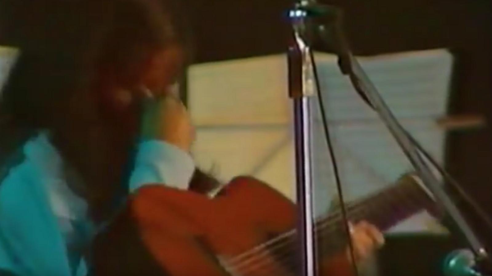 Llach interpreta 'Laura', al concert del Camp Nou del 1985
