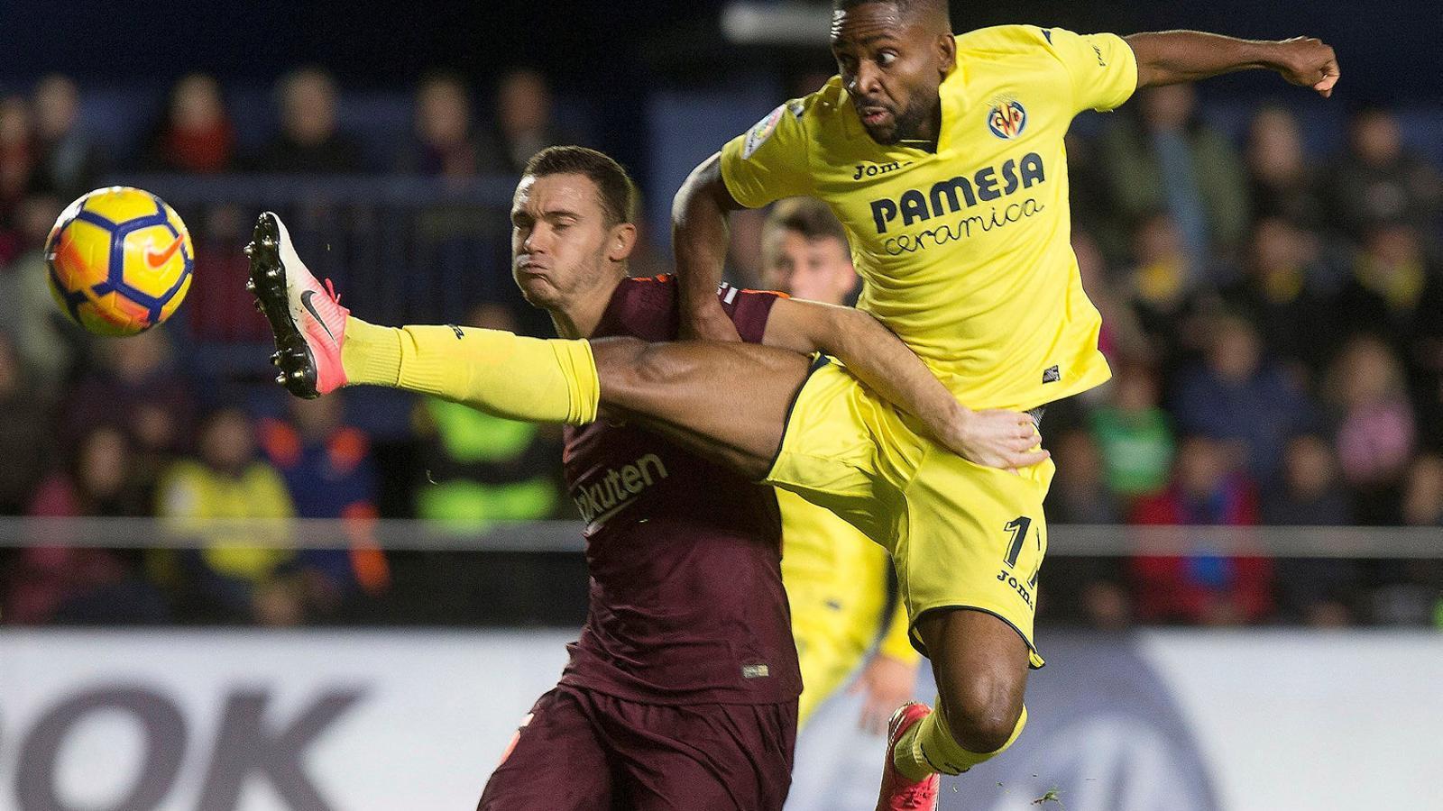 Thomas Vermaelen, intentant tapar una rematada de Bakambu. El central del Barça ja suma 468 minuts aquest curs.