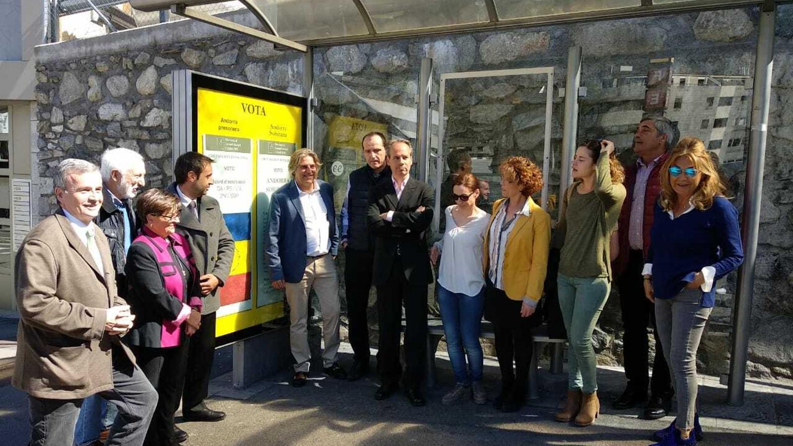 La foto de grup d'Andorra Sobirana al carrer de la Unió / JOAN RAMON BAIGES