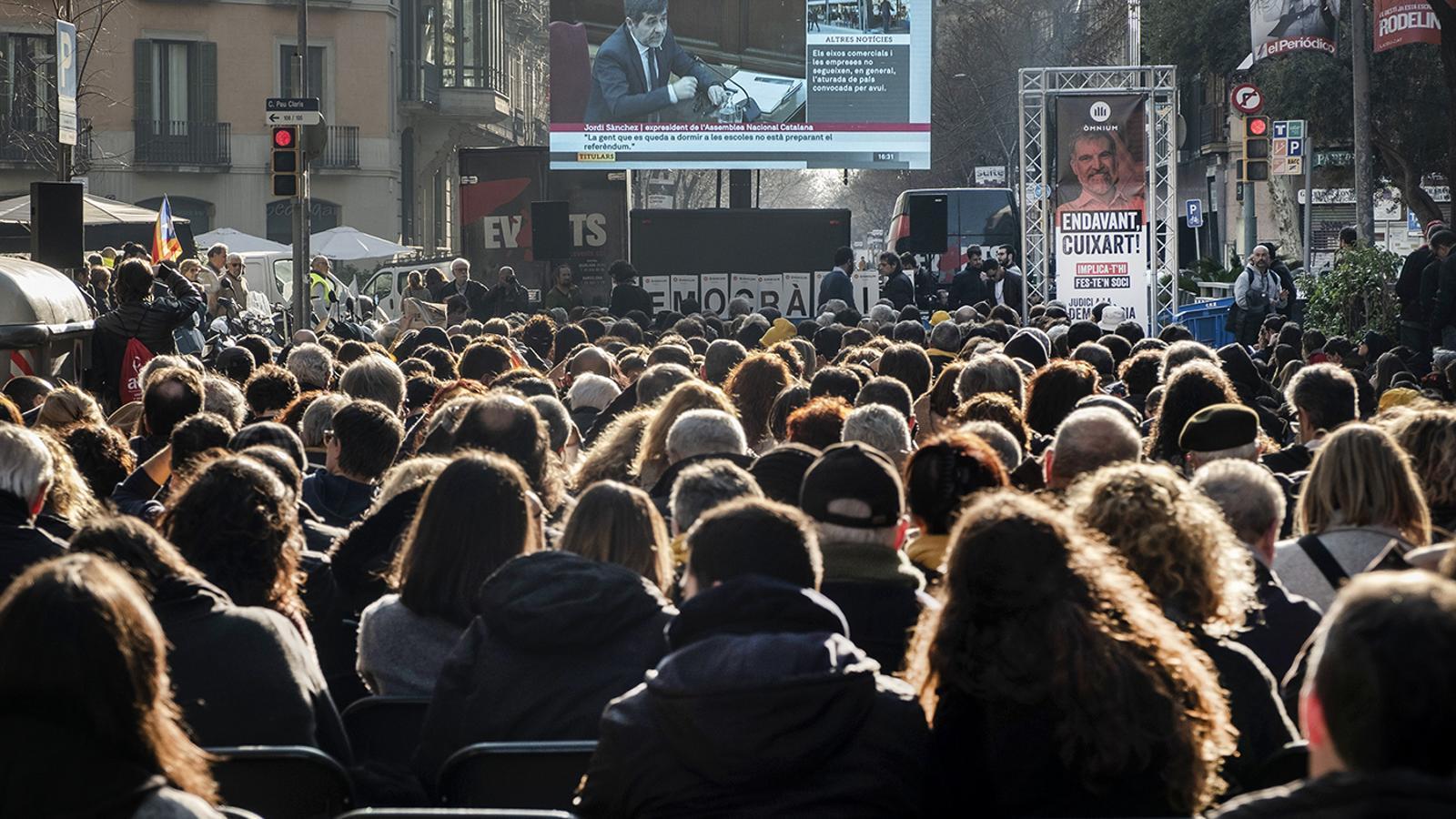 Òmnium tallarà demà el carrer Diputació davant de la seva seu per seguir les declaracions de Cuixart i Forcadell