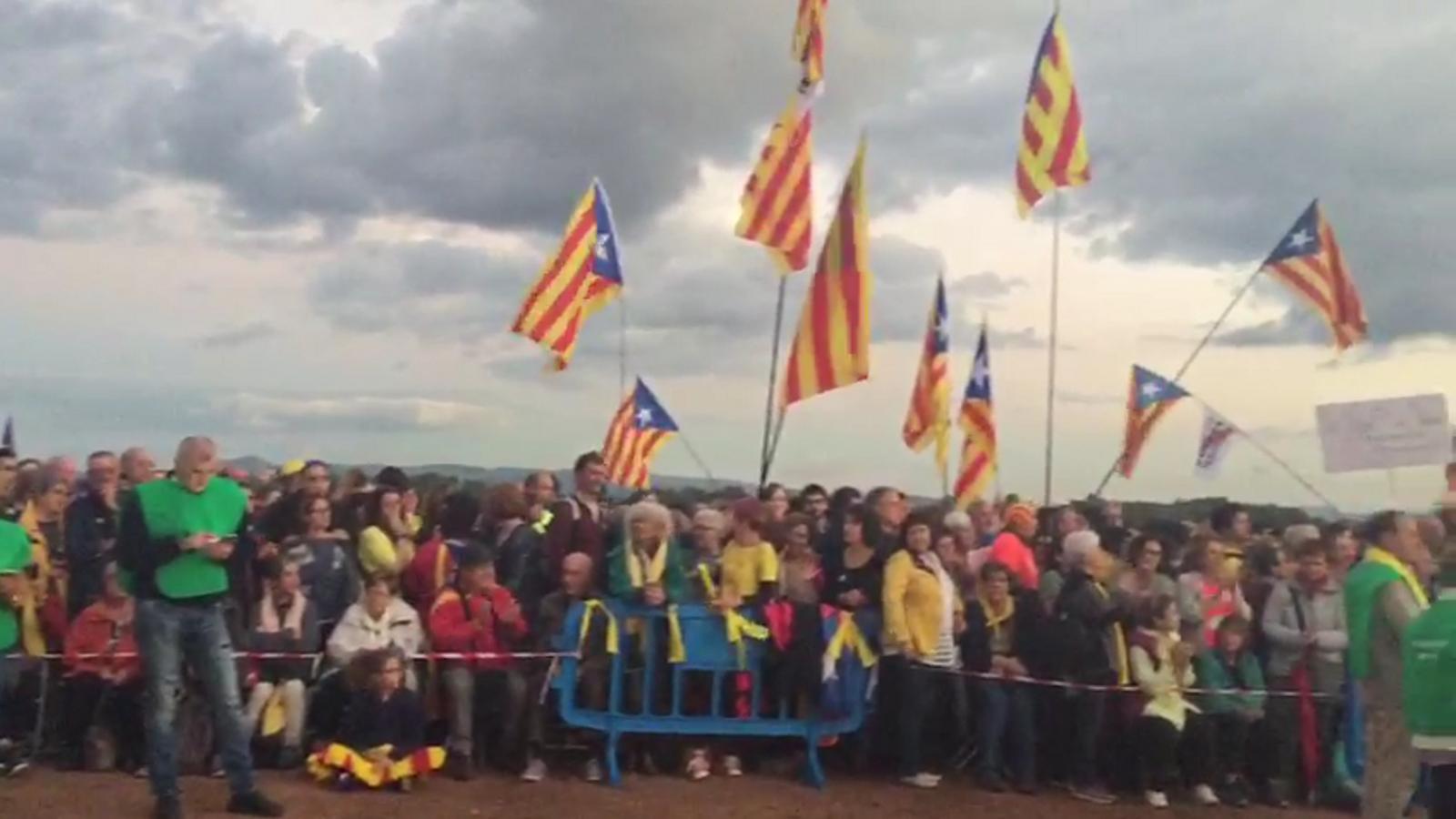 Centenars de persones es concentren a Lledoners en el primer aniversari de l'empresonament dels Jordis