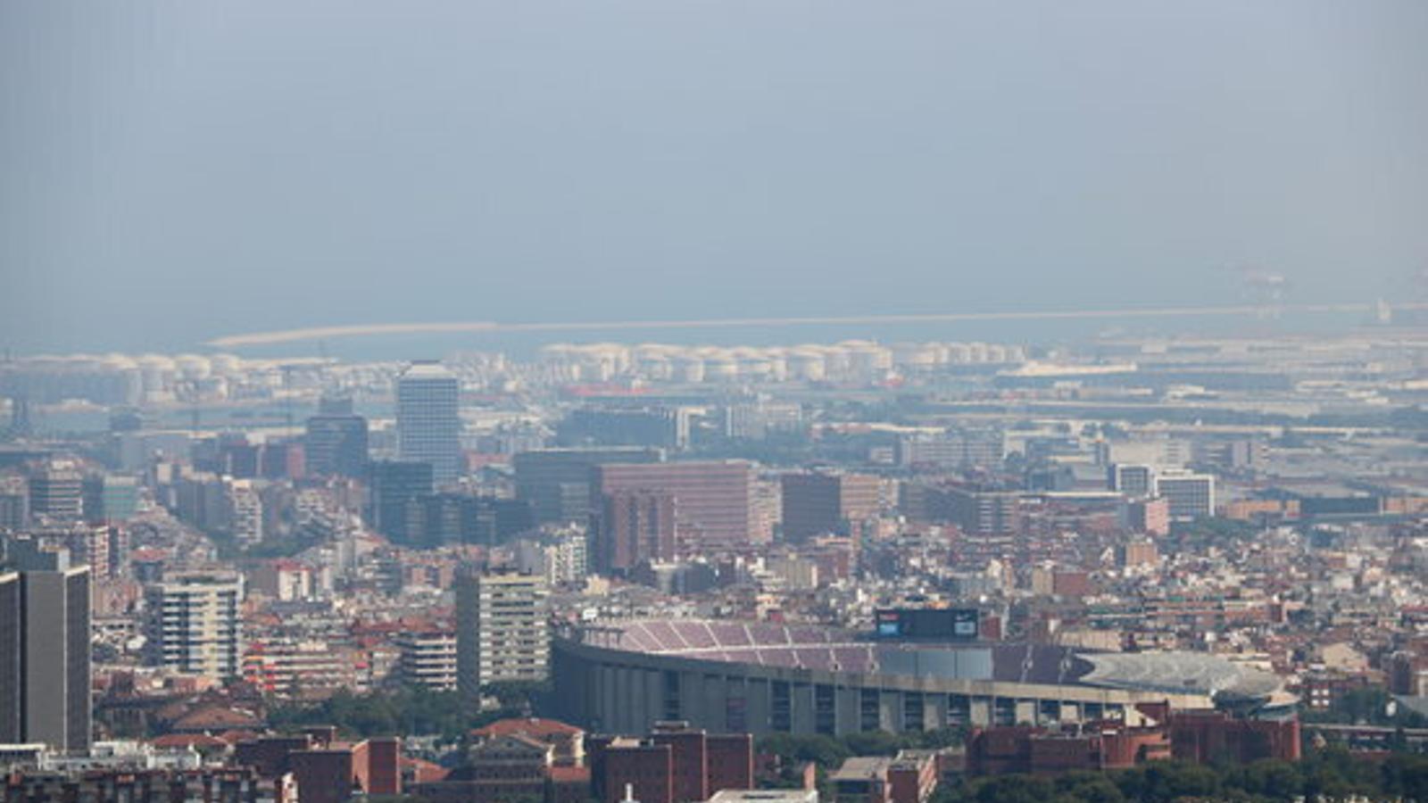 Imatge de la contaminació que es respira a la ciutat de Barcelona. / ACN