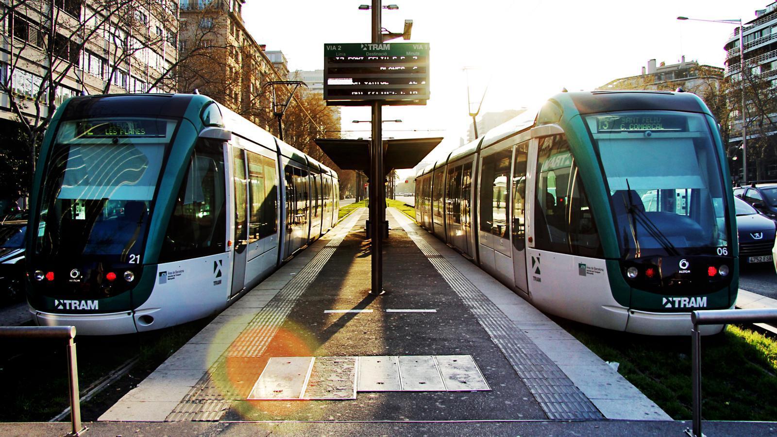 Imatge de la parada del Tram a la plaça Francesc Macià.