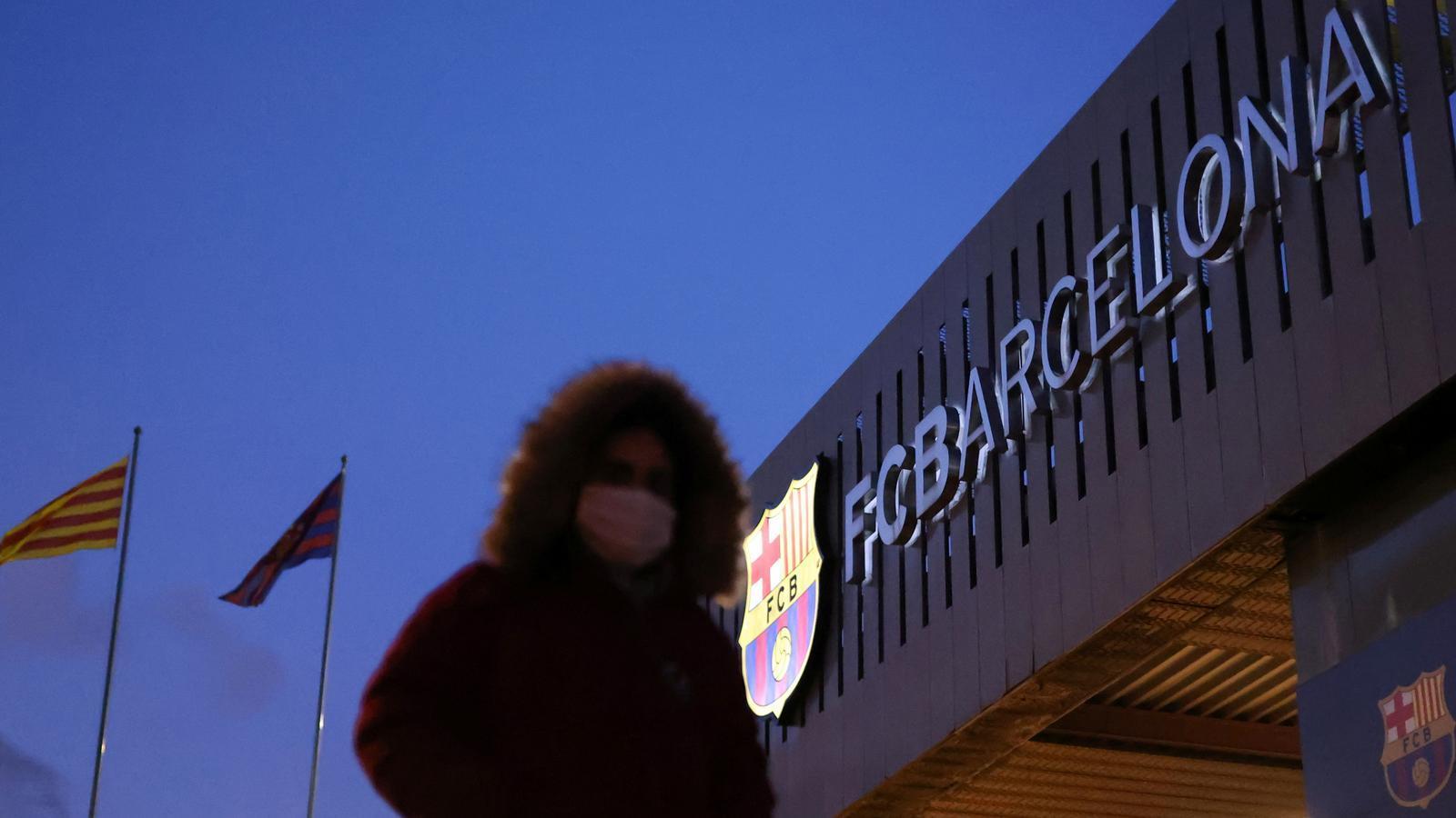 Un aficionat passa fred a les portes del Camp Nou