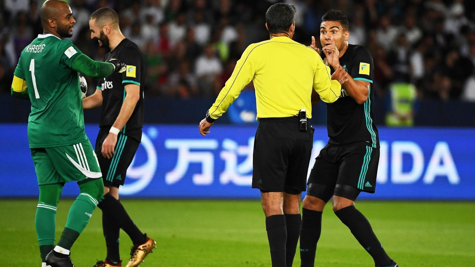 Casemiro, discutint amb l'àrbitre després del gol anulat