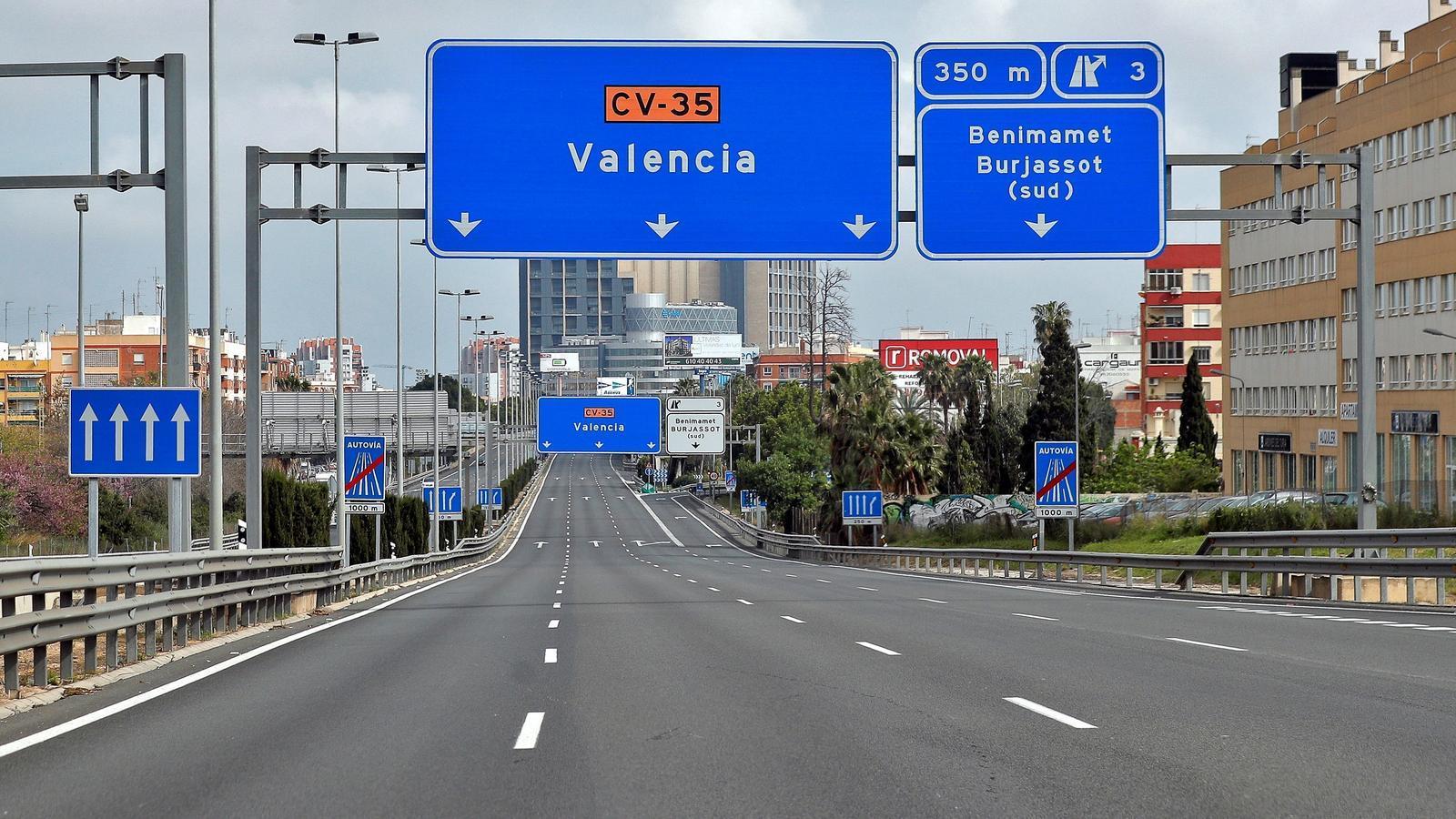 Una de les entrades a València buides per la restricció del trànsit decretada pel decret d'alarma