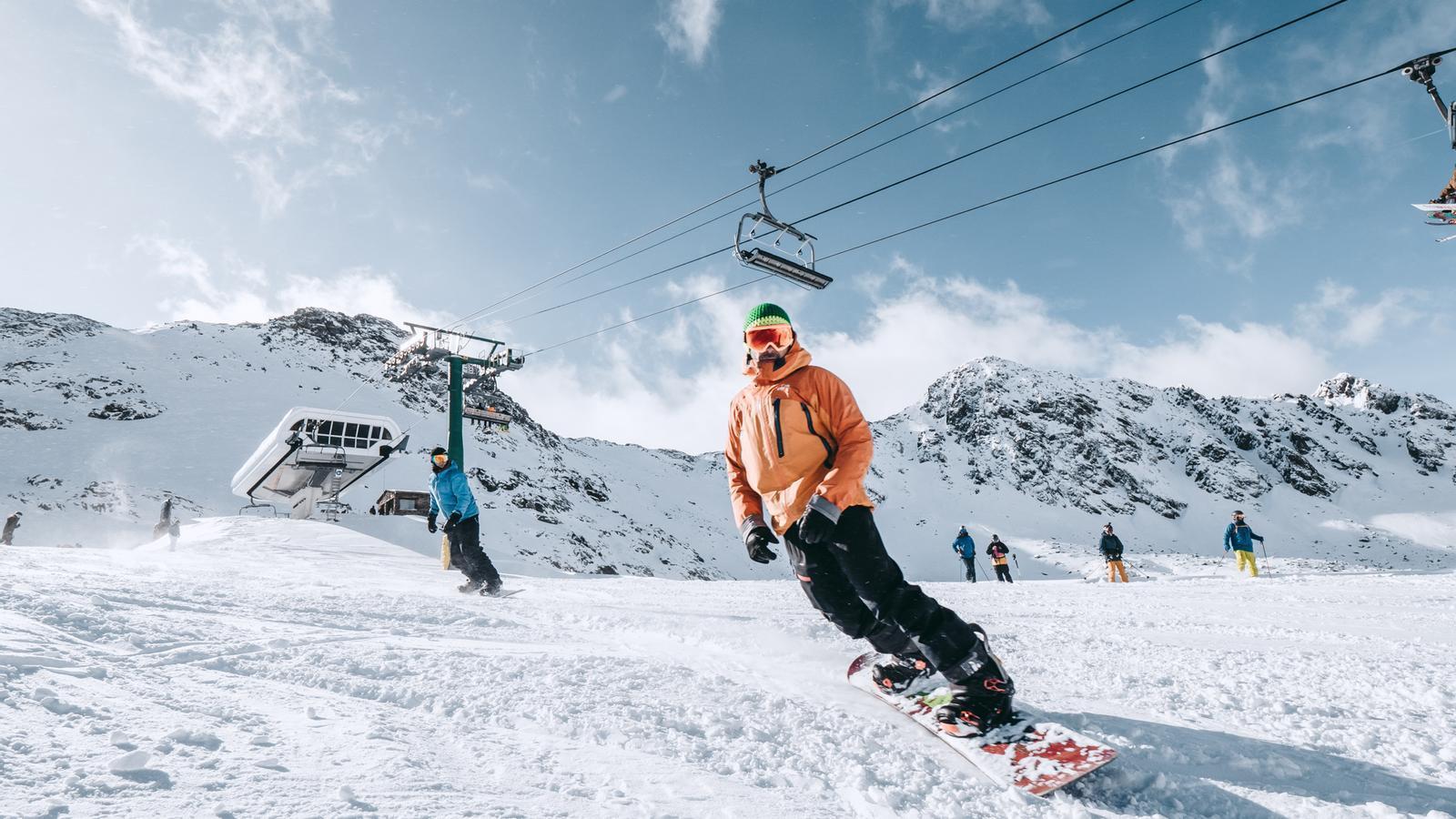 Esquiadors i surfers han gaudit del primer cap de setmana de la temporada d'esquí. / ORDINO ARCALÍ - GRANDVALIRA RESORTS