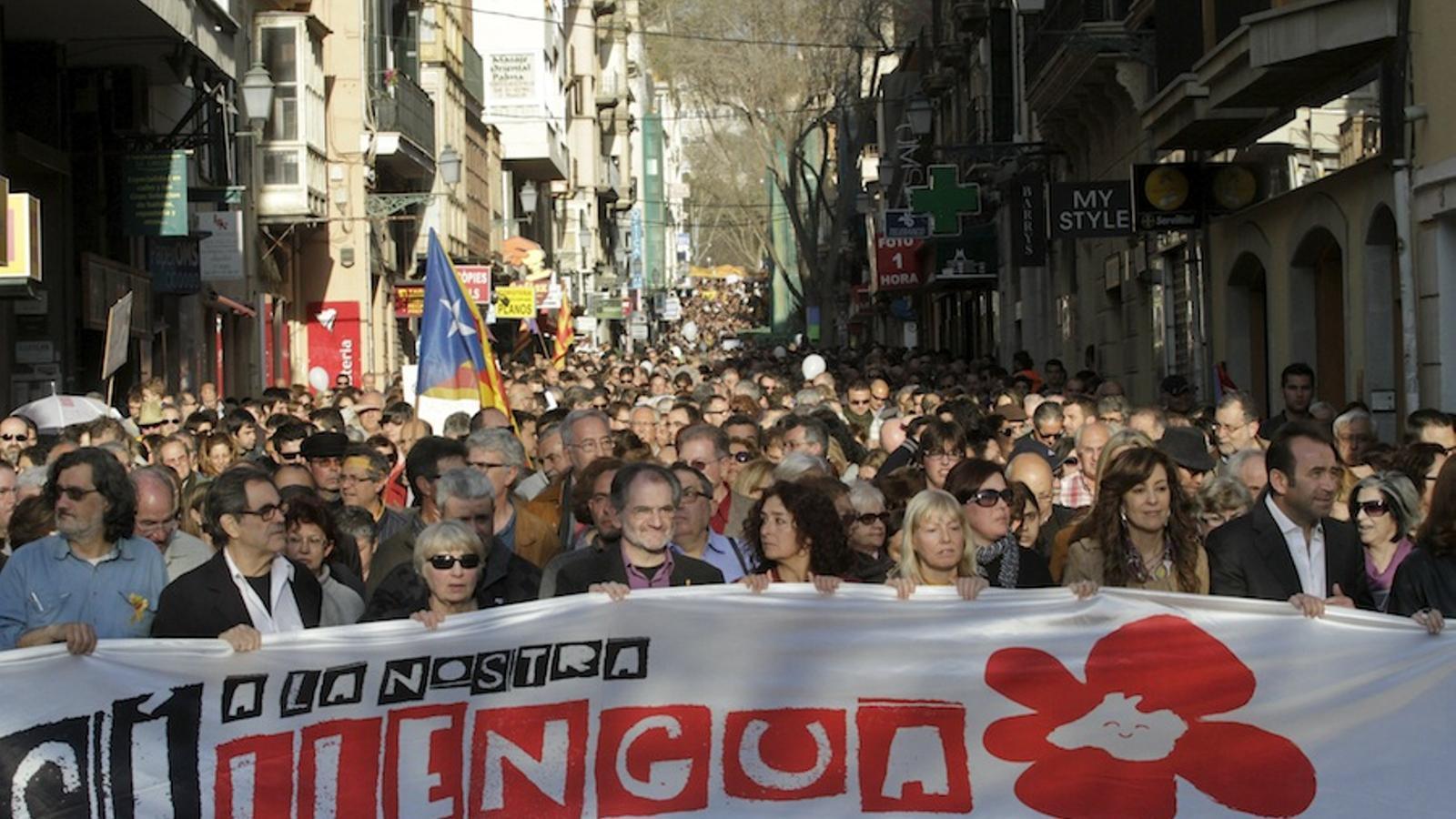 Resultat d'imatges de manifestació per la llengua