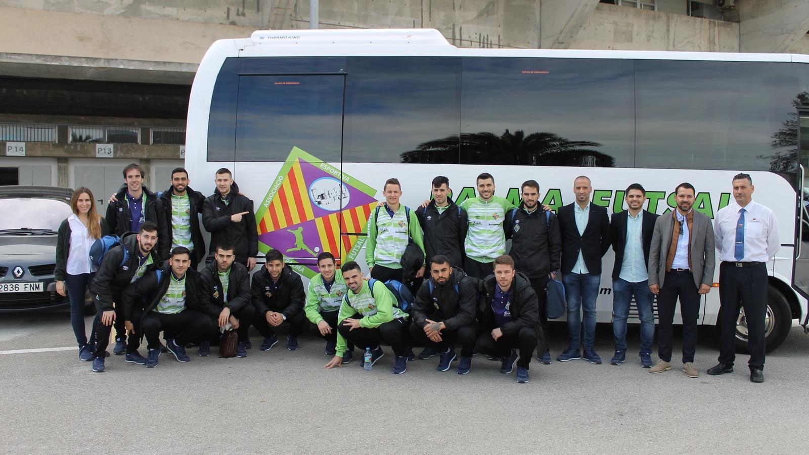 El Palma Futsal posa davant l'autocar abans de viatjar a Madrid