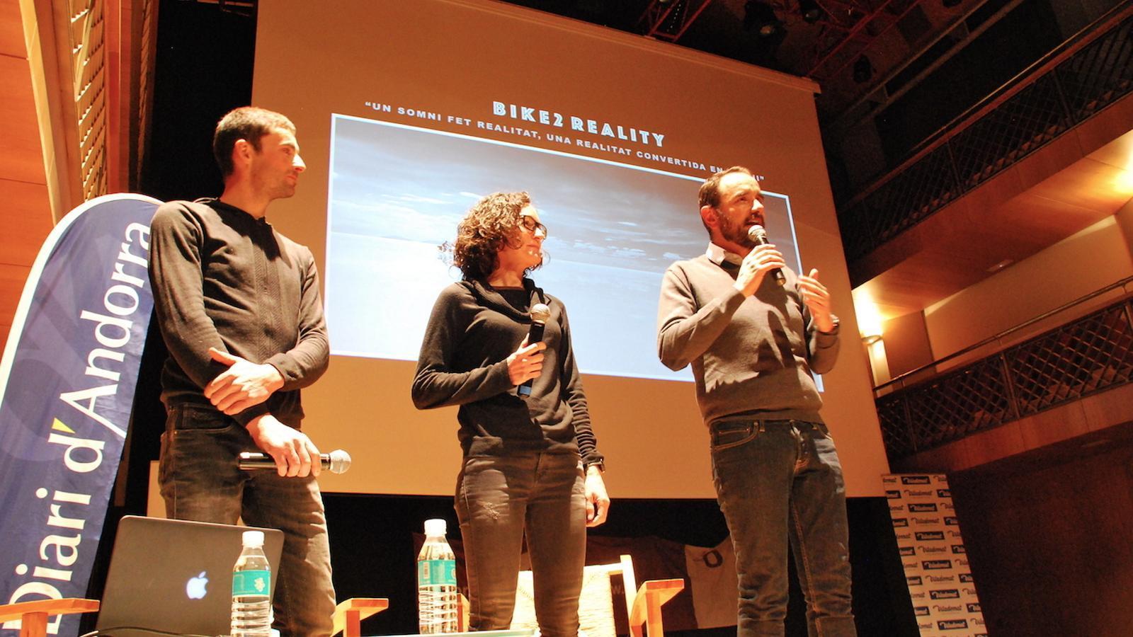 Alba Xandri i Ricard Calmet, protagonistes de la sessió d'aquest dijous del Cicle de cinema de muntanya i de viatges, amb el conseller de Turisme del comú d'Ordino, Jordi Serracanta, que ha presentat l'acte. / C. G. (ANA)