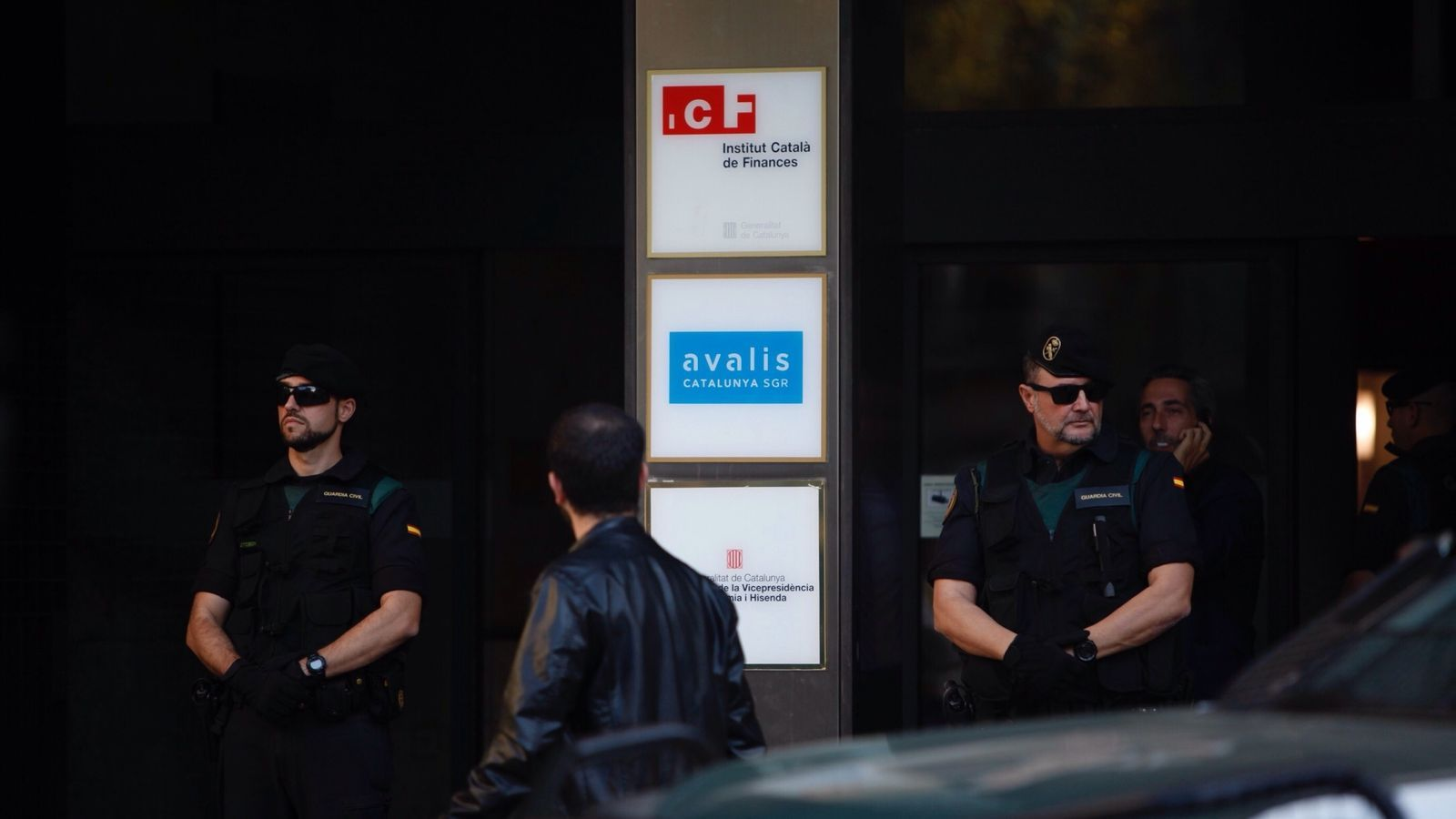 Agents de la Guàrdia Civil a l'entrada de l'Institut Català de Finances