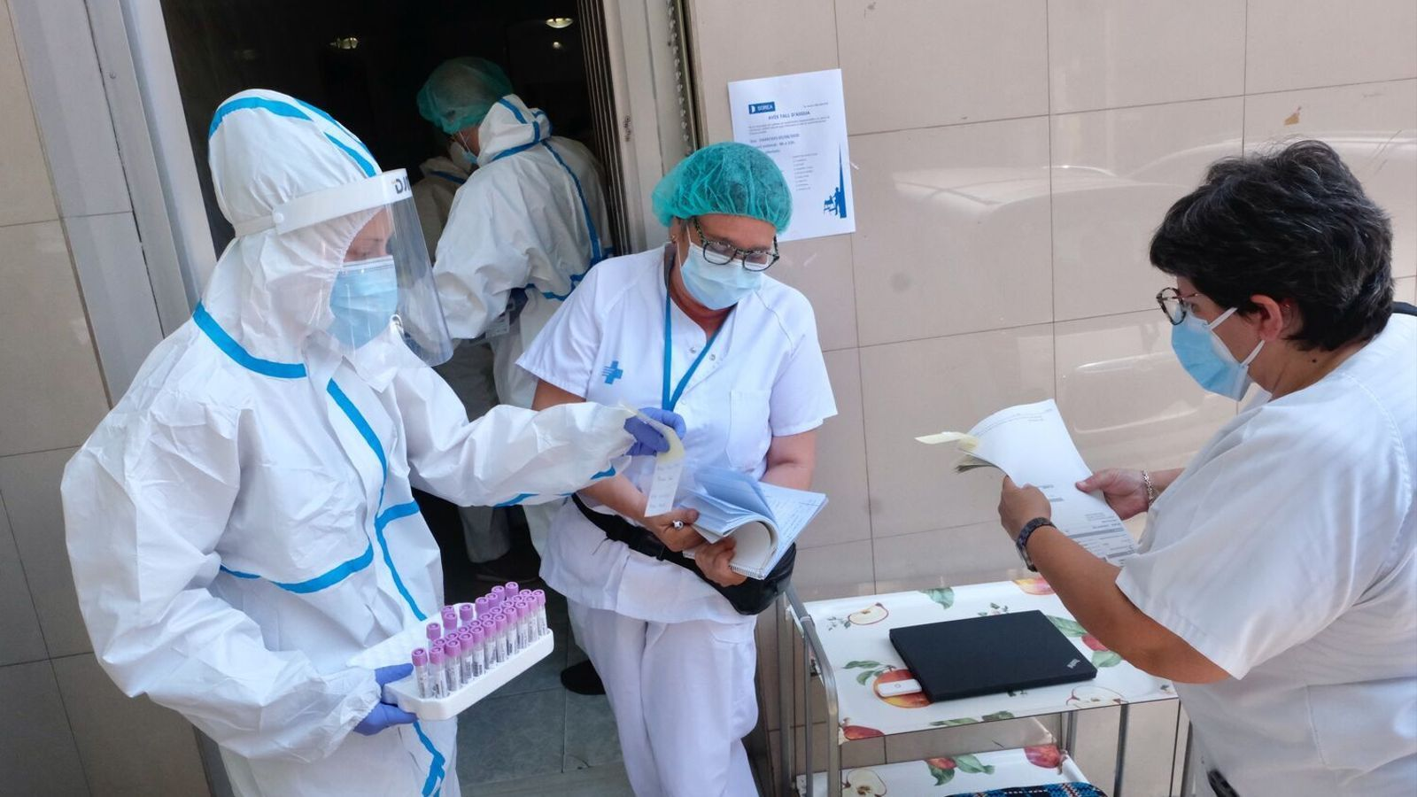 Imatge d'arxiu de personal sanitari fent PCR massives al carrer Verge de Montserrat de Ripollet, un dels diversos cribatges que Salut ha fet arreu del territori