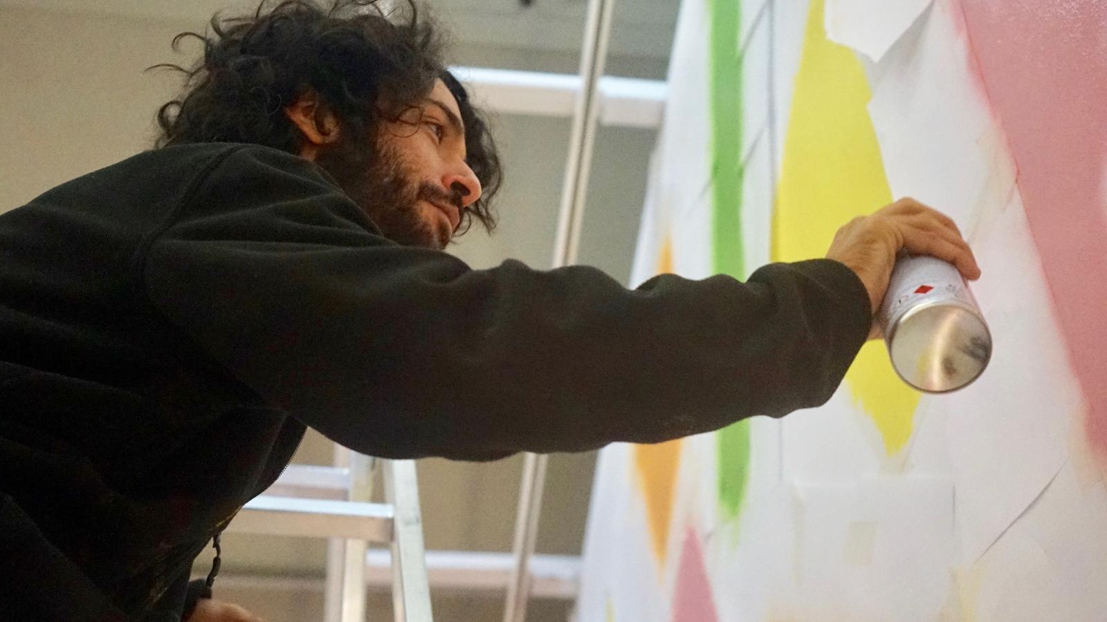 Albert Pinya durant la creació del mural