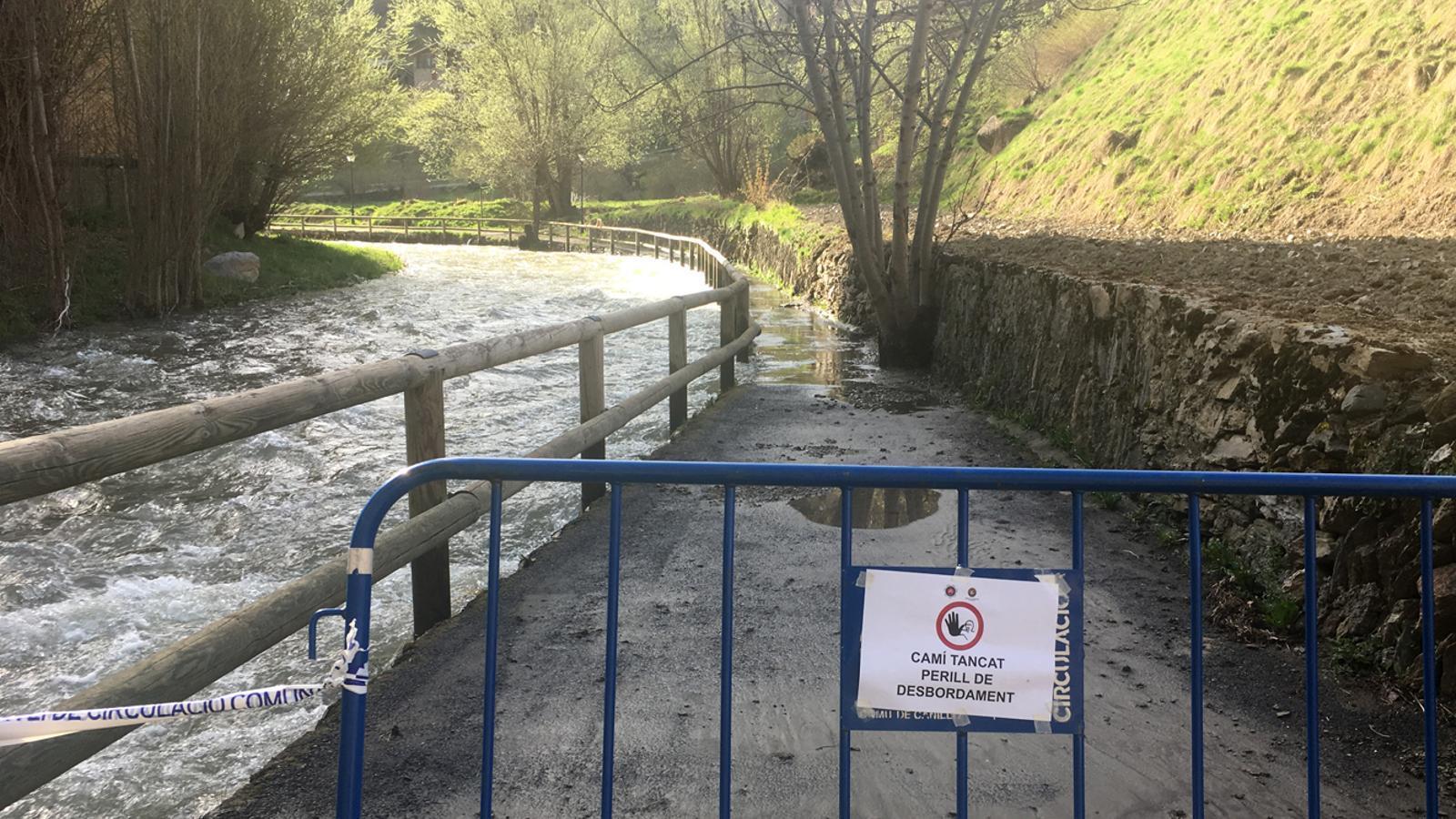 Zona desvordada del riu al seu pas per Canillo a finals d'abril. / M.T. (ANA)