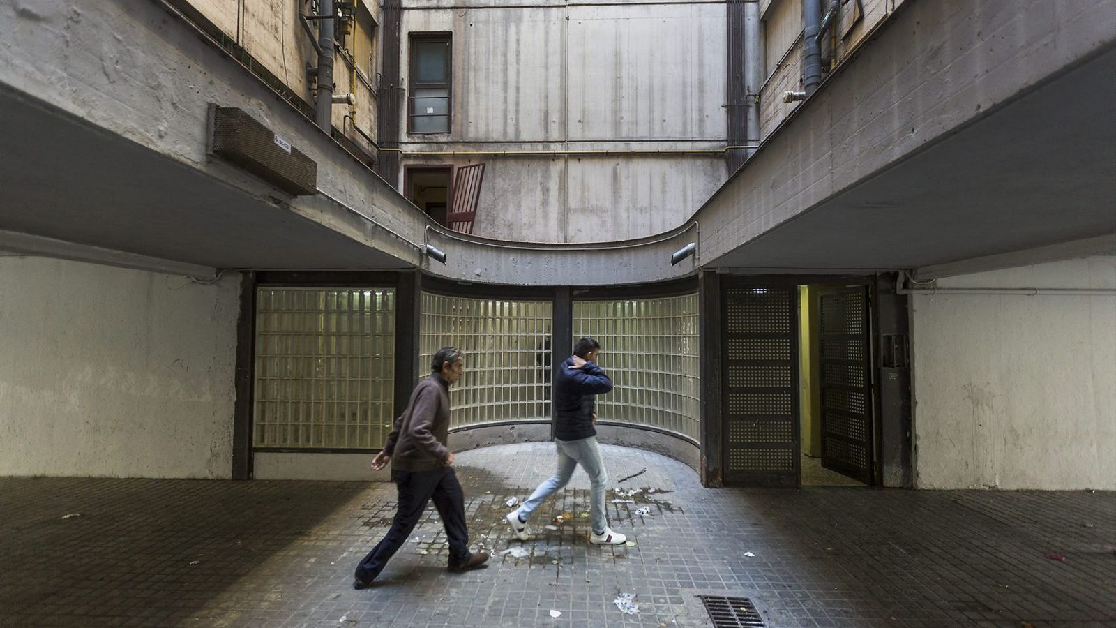 Portal del número 32 del carrer Mart, on hi va haver el tiroteig que va acabar amb dos morts i un ferit / MANOLO GARCÍA