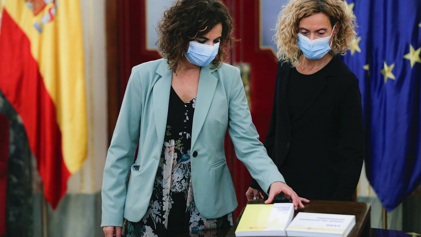 La ministra d'Hisenda, María Jesús Montero (e), al costat de la presidenta del Congrés, Meritxell Batet,  amb el projecte de pressupostos generals de l'Estat per al 2021