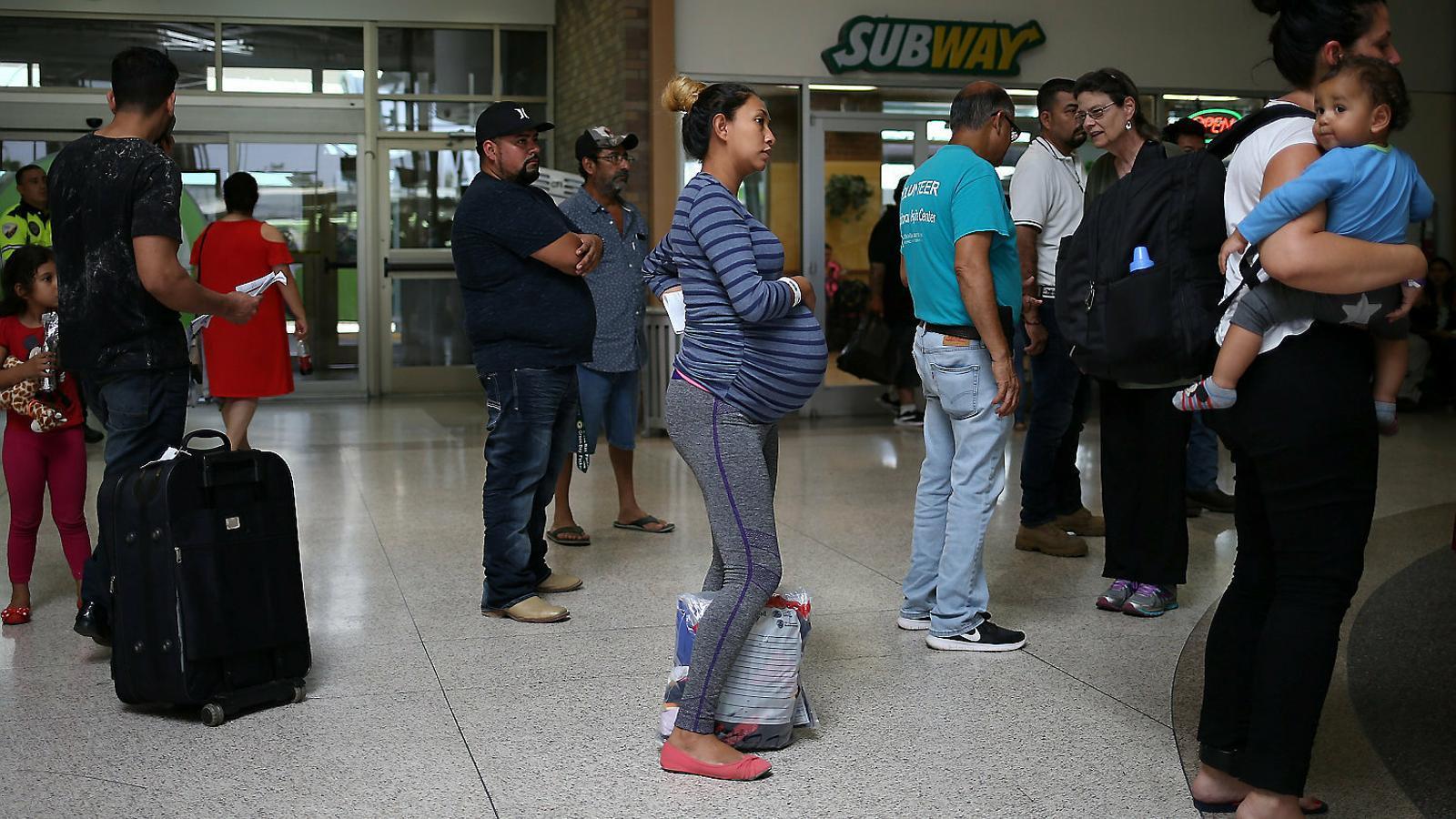 Una dona d'Hondures embarassada poc després de sortir d'un centre de detenció de migrants a Texas.