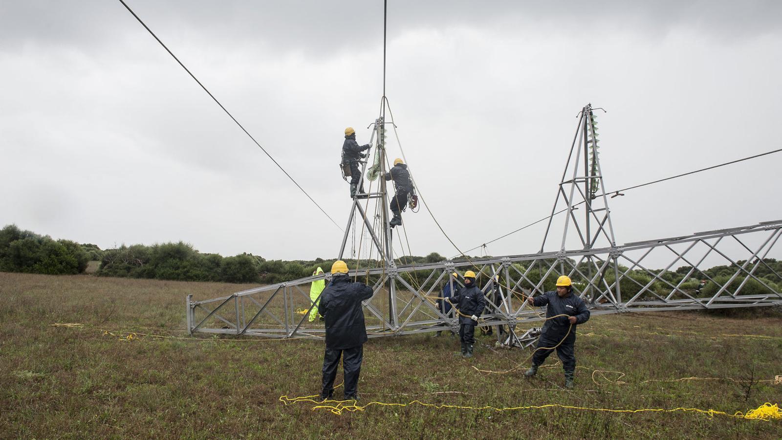 Tècnics realitzant la reparació de les torres afectades pel cap de fibló.