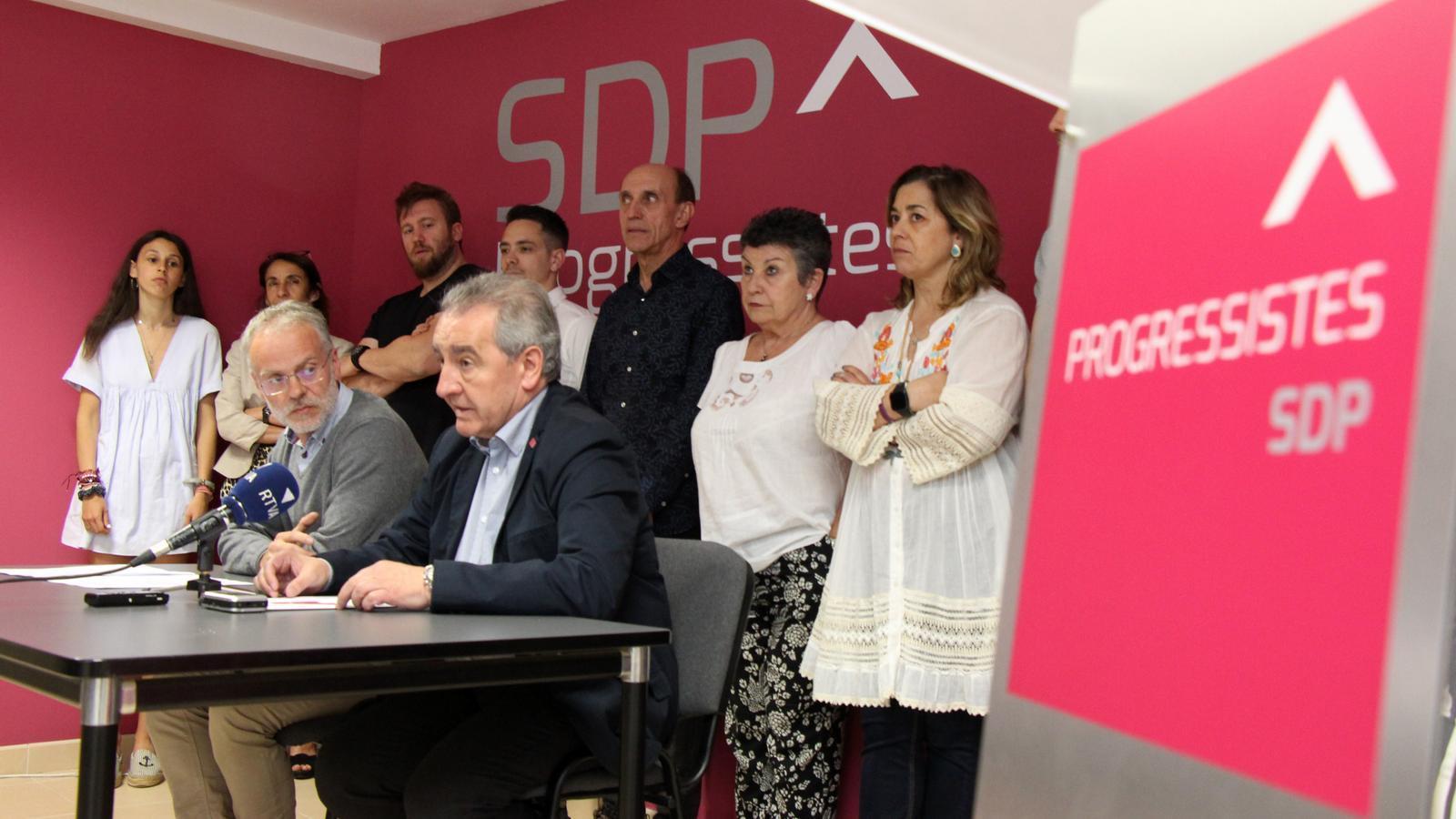 Jaume Bartumeu i Josep Roig, acompanyats pels membres que formen la nova l'executiva. / M. M.