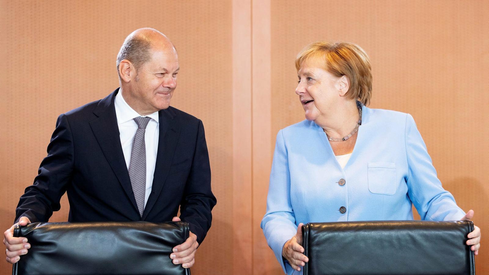 El ministre de Finances alemany, Olaf Scholz, amb la cancellera, Angela Merkel, en una imatge d'arxiu.