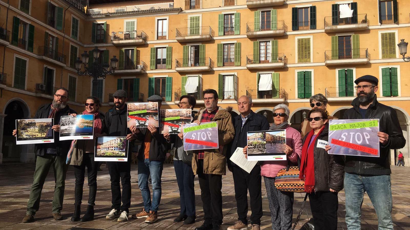 Una cinquantena d'entitats ciutadanes reclamen a Cort una alternativa a fer un nou aparcament a la plaça Major