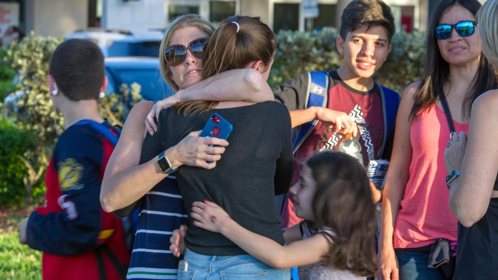 Familiars i alumnes es retroben després del tiroteig.