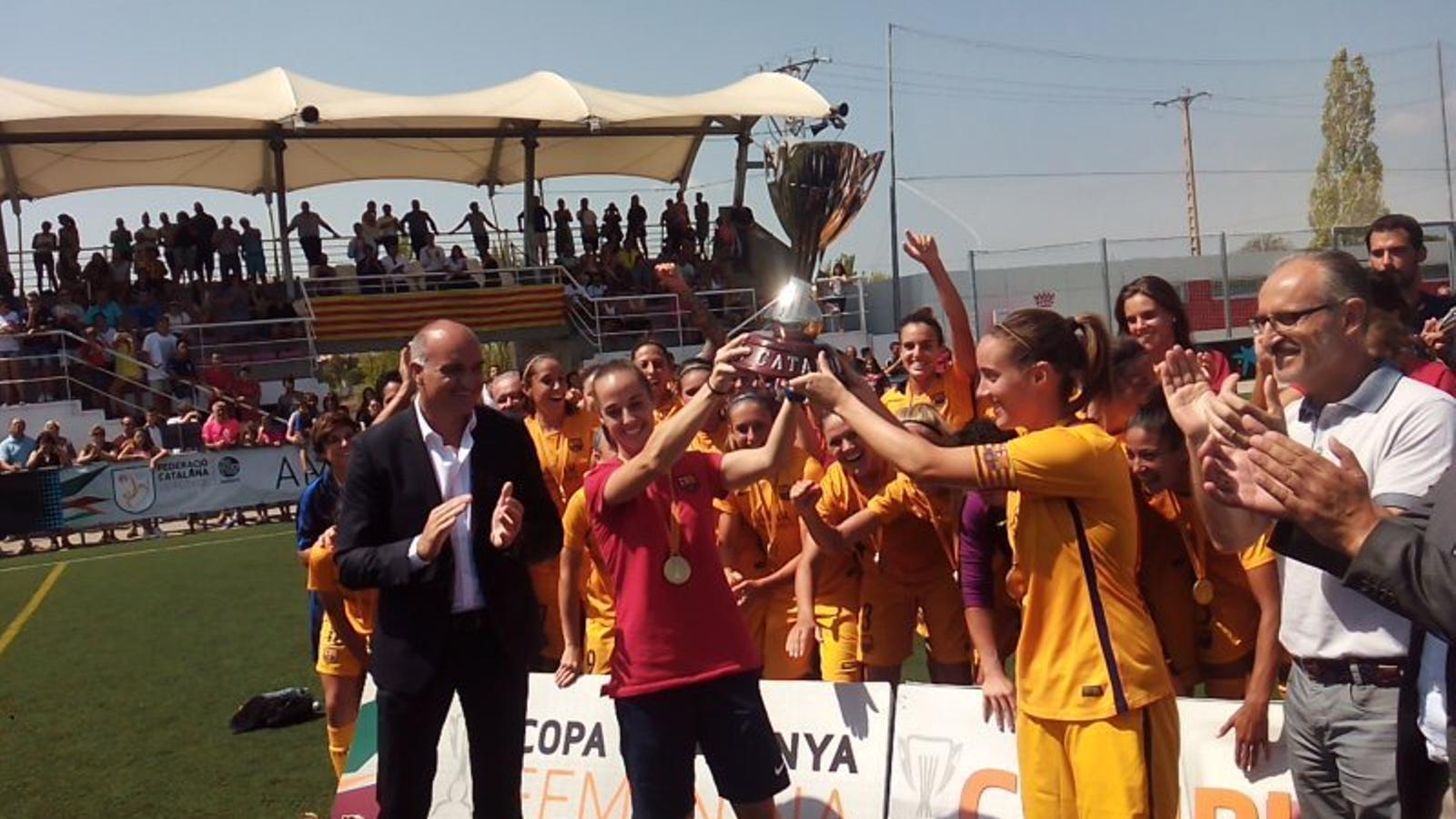 Les jugadores del Barça aixequen la Copa Catalunya