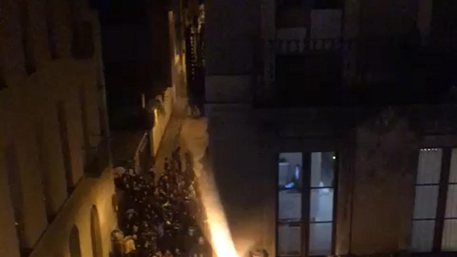 Un centenar d'ocupes es manifesten pels carrers de Gràcia