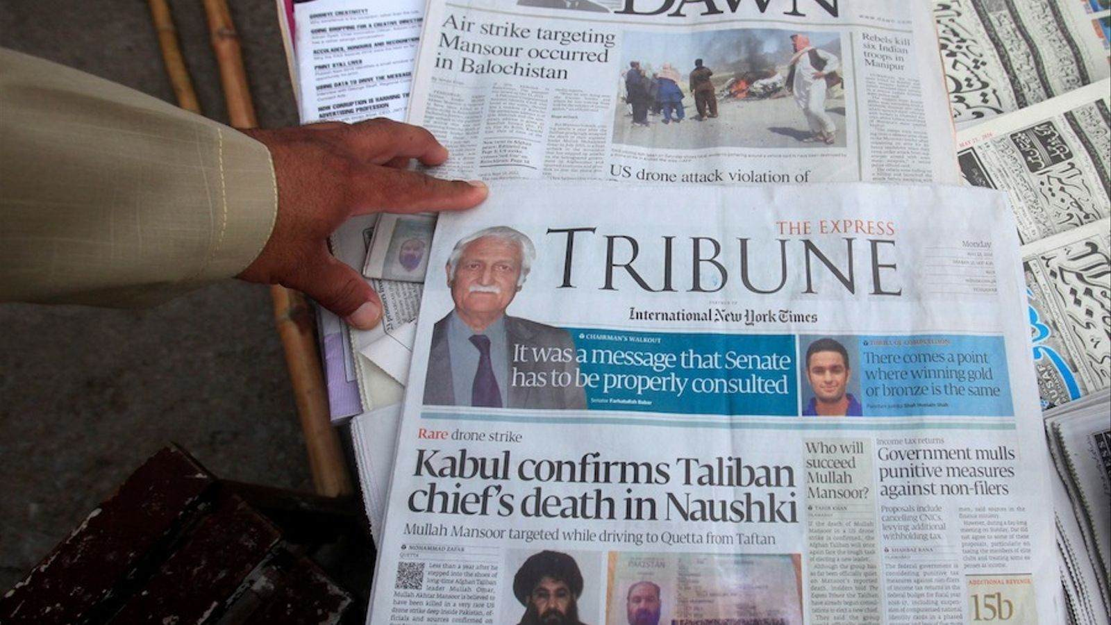 Premsa pakistanesa amb la notícia de la mort del líder talibà.