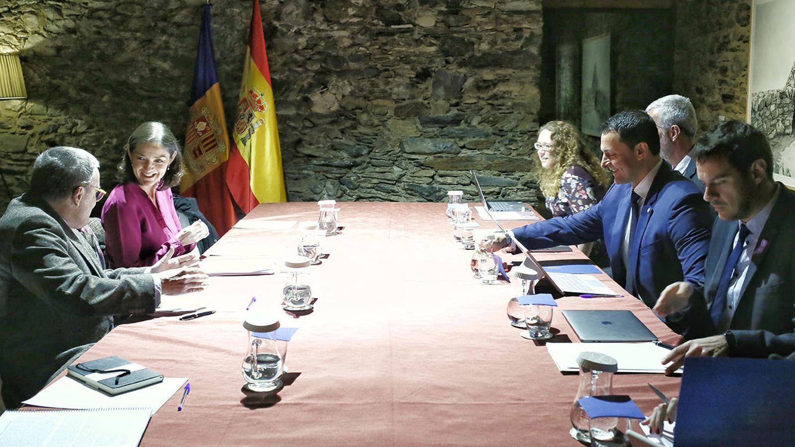 Un moment de la trobada entre el ministre de Presidència, Economia i Empresa, Jordi Gallardo, amb la titular d'Indústria, Comerç i Turisme d'Espanya, Reyes Maroto. / SFG