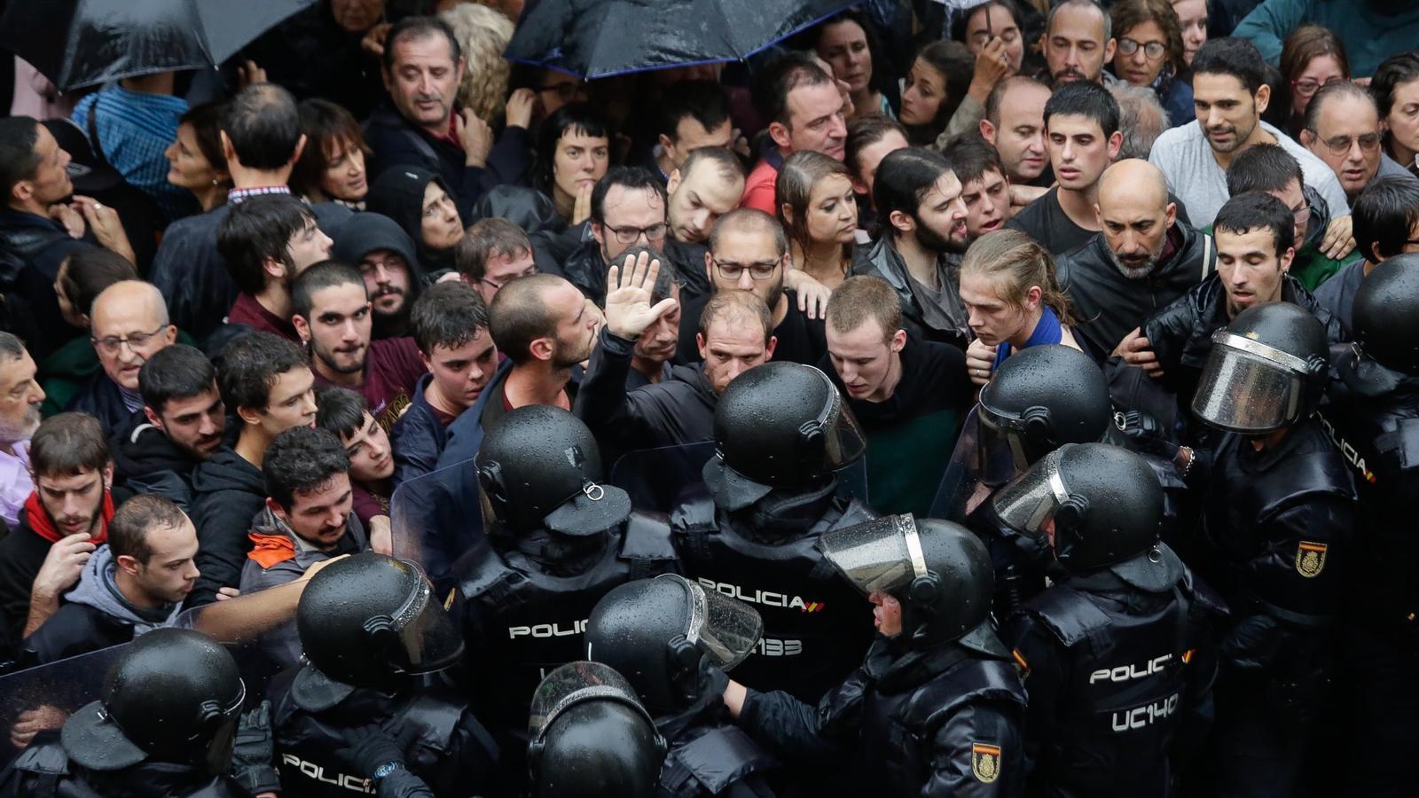 Resistència pacífica davant l'escola Ramon Llull