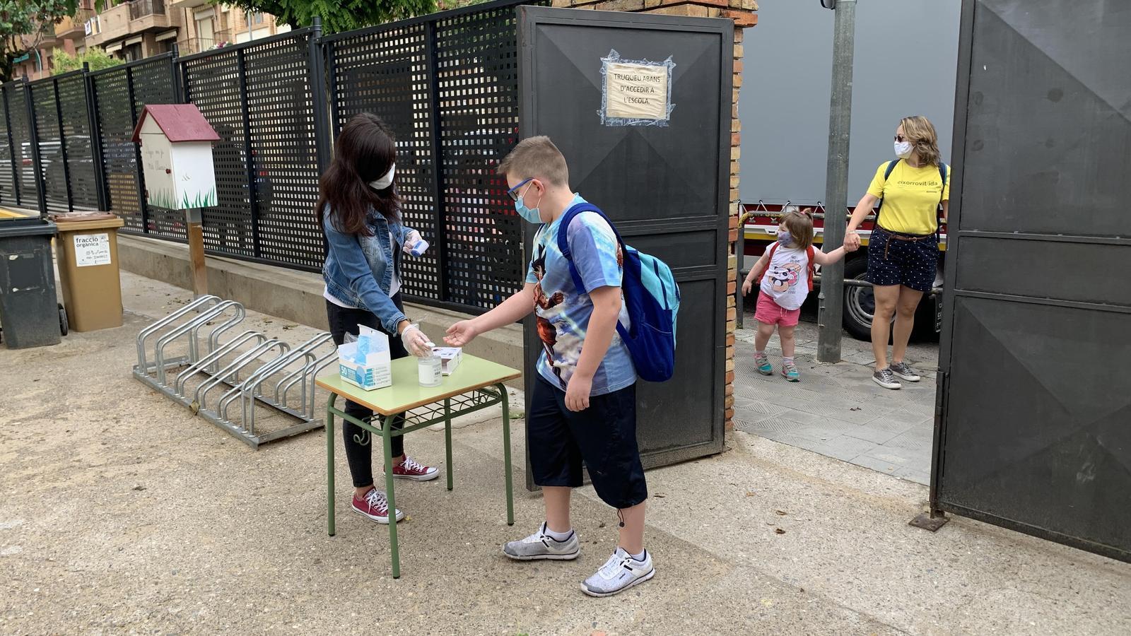 Alumnes entrant a l'escola Valldeflors de Tremp. / G.L.