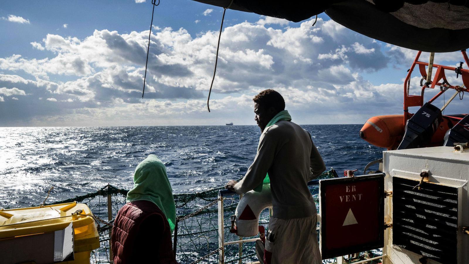 La UE, incapaç de trobar un port per a 49 migrants rescatats