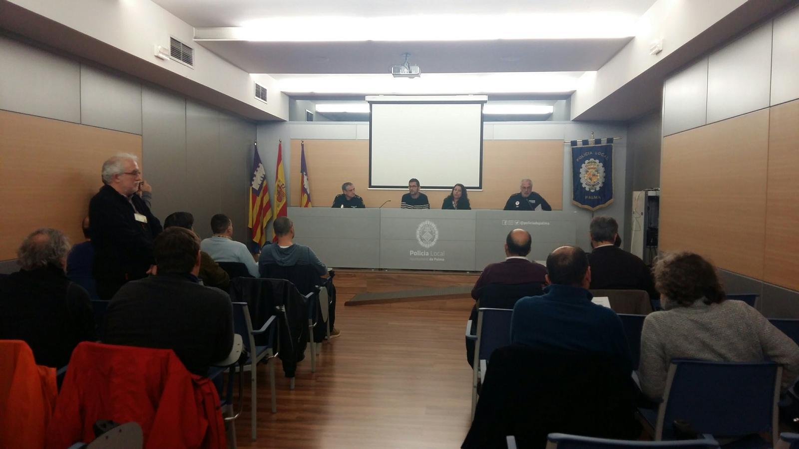 Imatge de la  reunió entre taxistes i Cort
