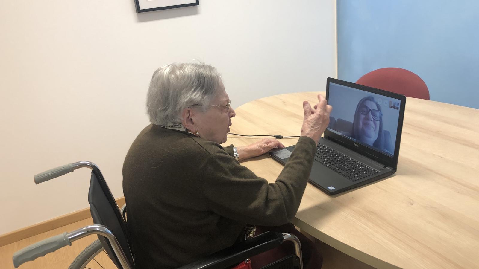 L'esprint tecnològic d'una àvia centenària per lluitar contra l'aïllament