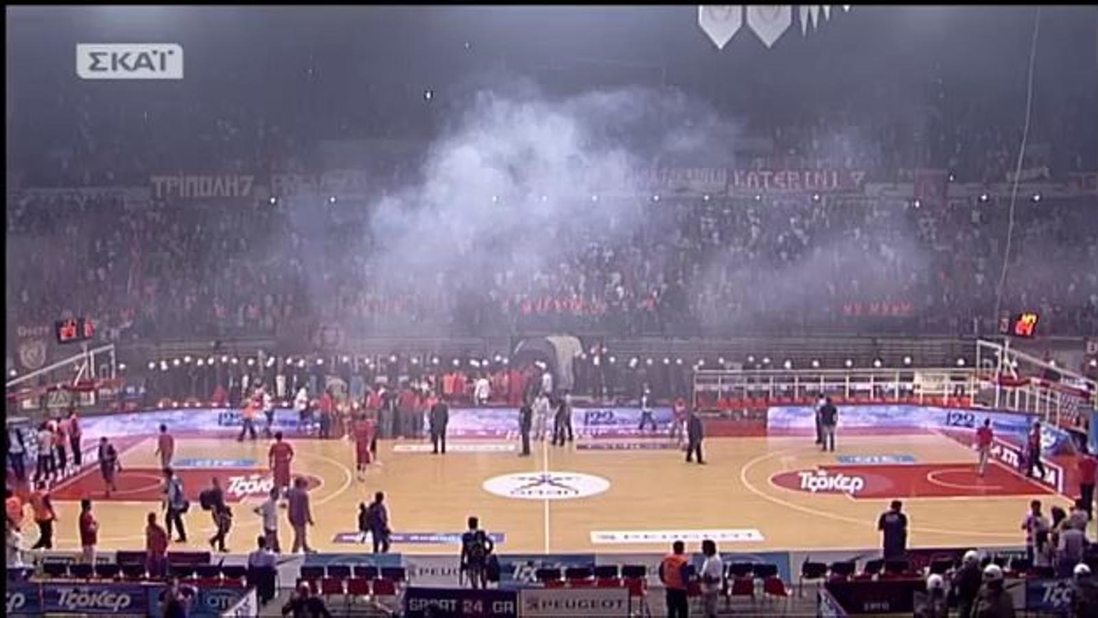 La final de la lliga grega de bàsquet, suspesa pel llançament de bengales
