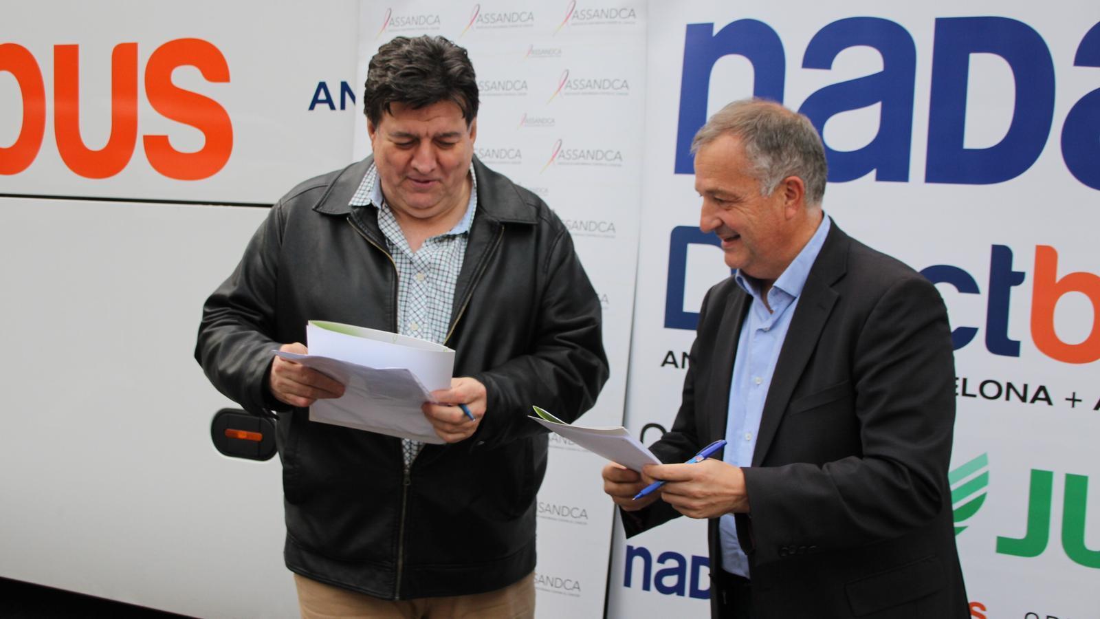 Bartomeu Gabriel, director d'Autocars Nadal Sau i Josep Maria Saravia, president d'Assandca, en el moment de la signatura. / M. R. F.