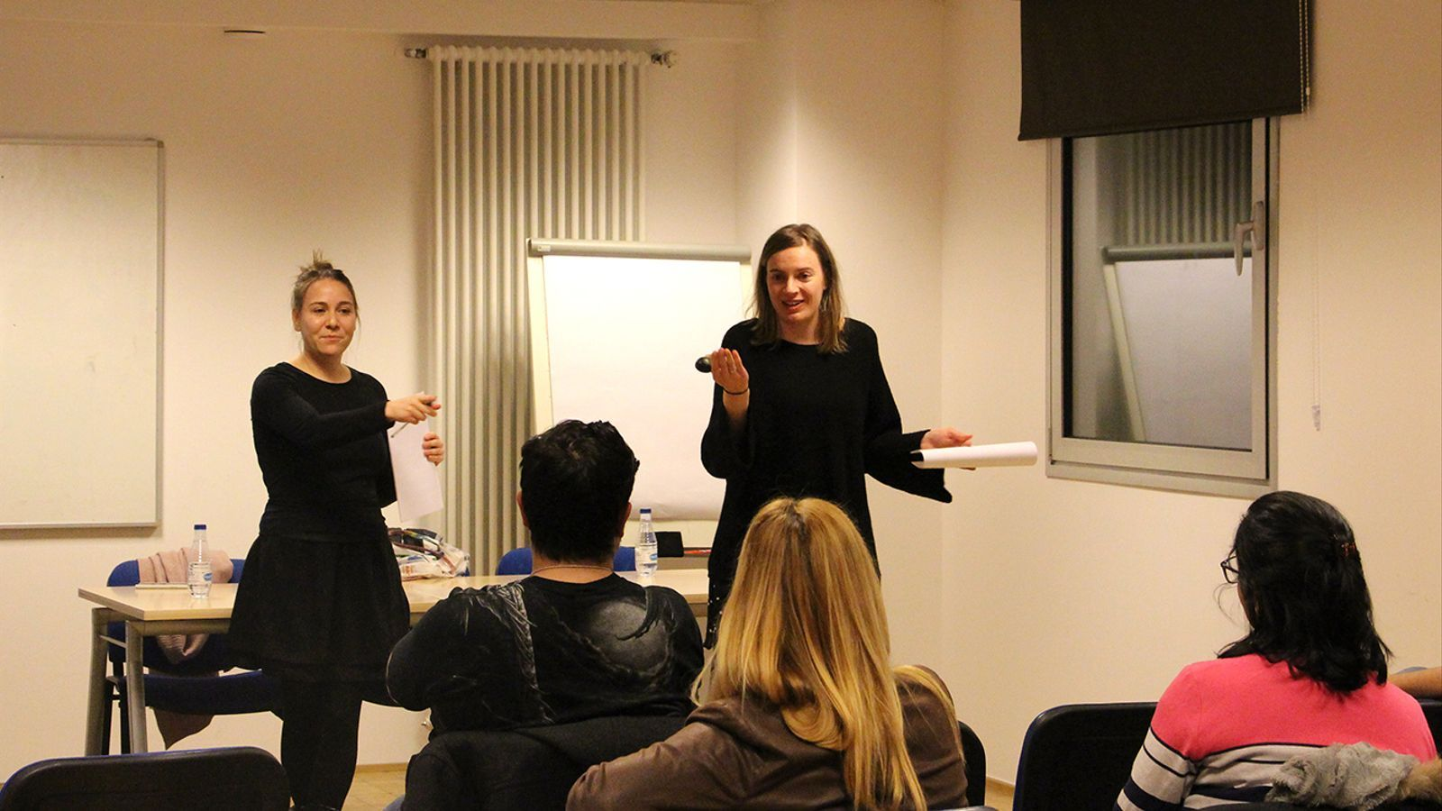 Stefi Ruano i Stefi Arajol, durant la formació que que han ofert a les entitats, aquest dimarts a la tarda. / M. F. (ANA)