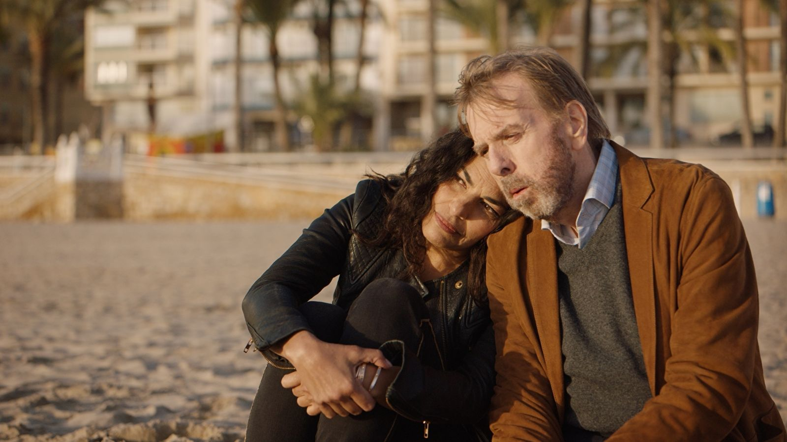 Sarita Choudhury i Timothy Spall a 'Nieva en Benidorm'