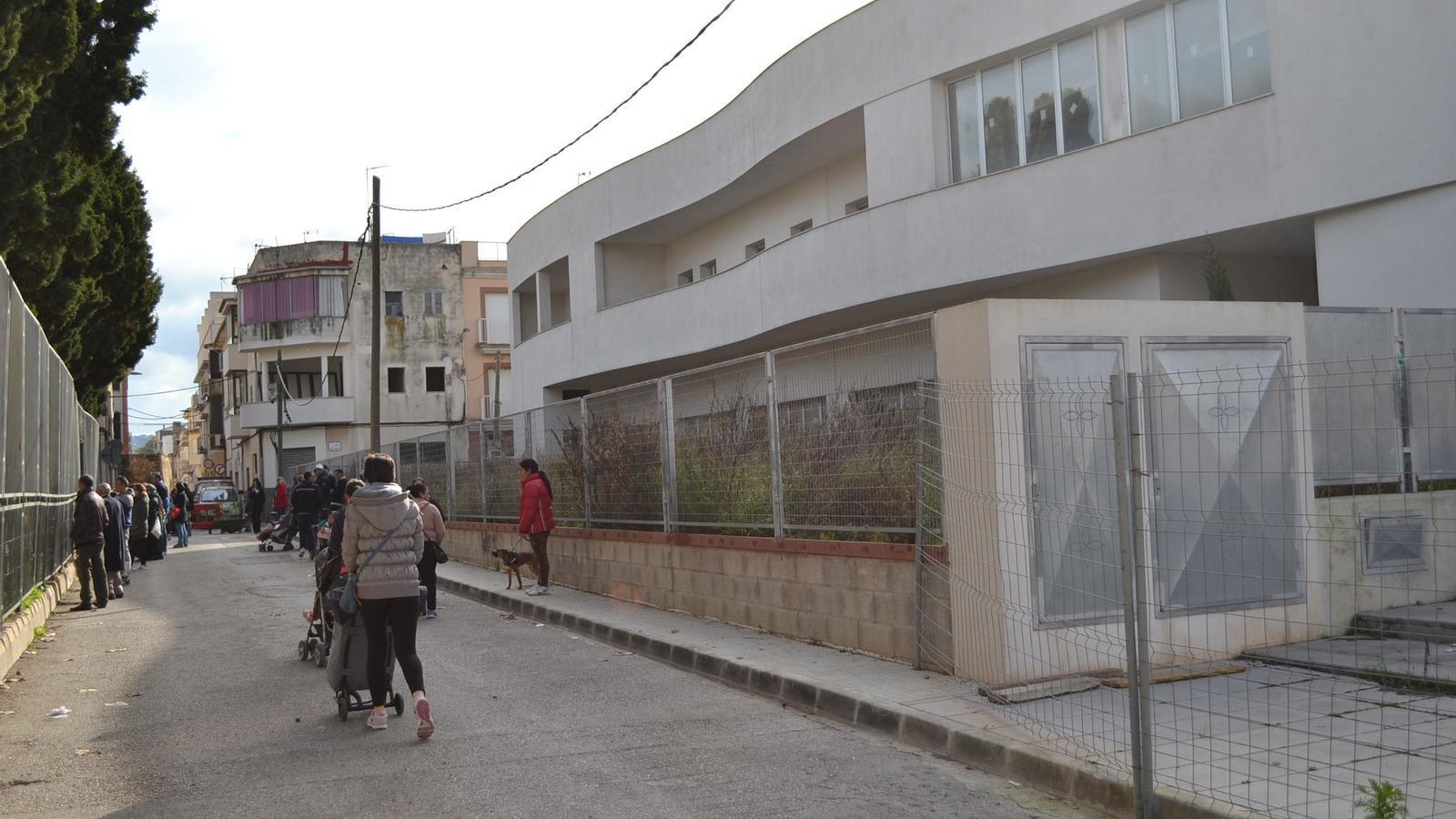 Ara, un carrer separa el pati del Simó Ballester de l'edifici d'Els Sementals.