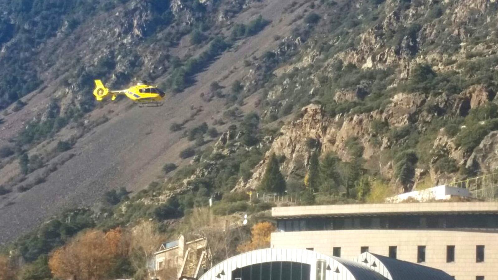 Un helicòpter arriba a l'hospital després de fer un rescat de muntanya. / ARXIU ANA