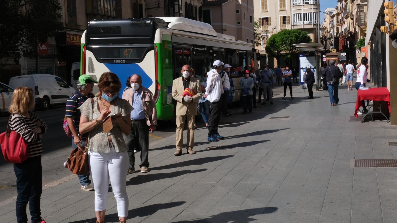 El Govern obligarà a utilitzar sempre la mascareta quan se surti al carrer.