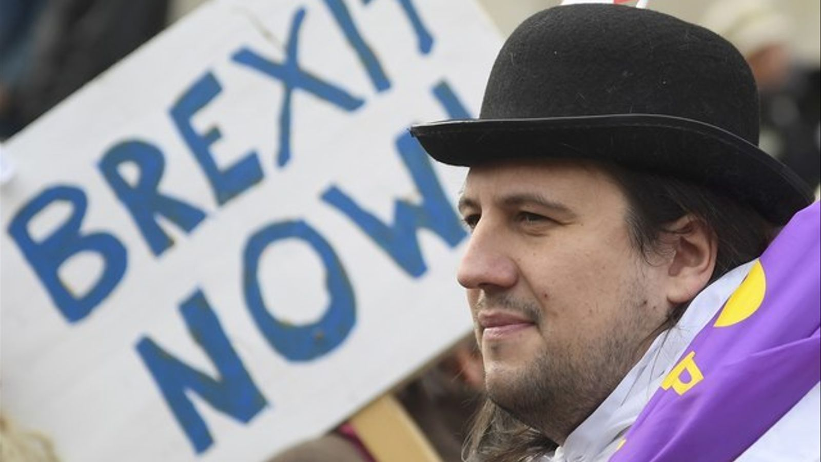 Un londinenc reclama al govern britànic que invoqui l'article 50 per iniciar el Brexit.
